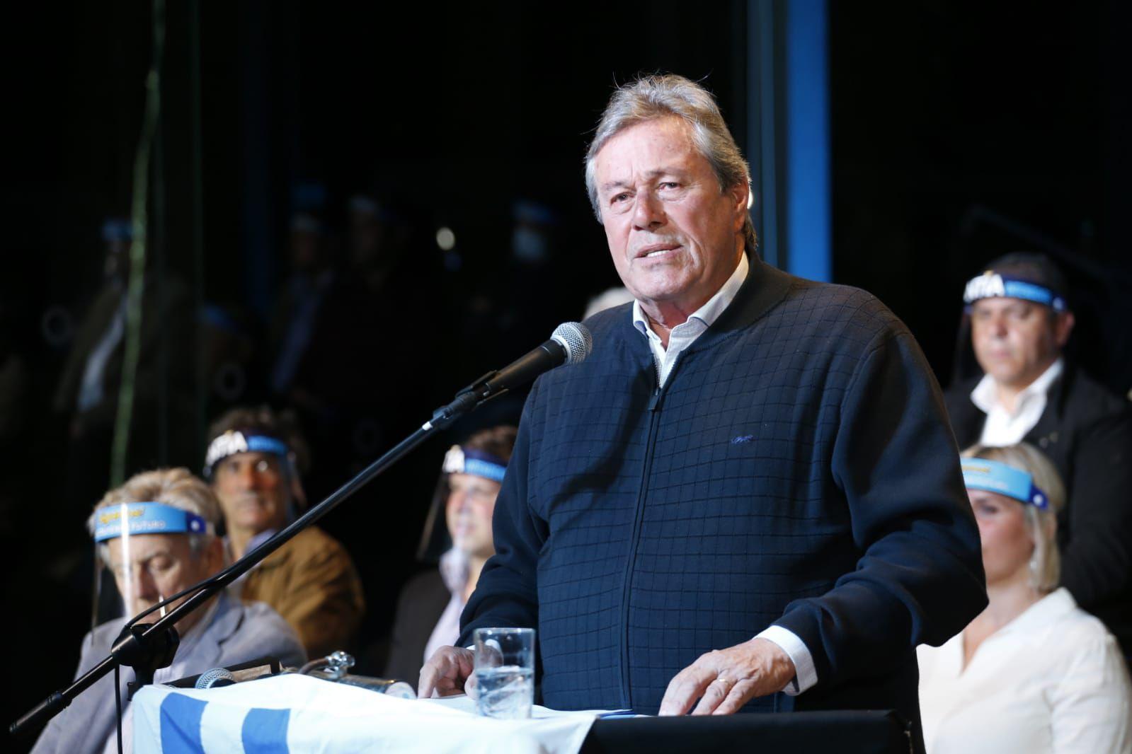 Enrique Antía, jefe del Departamento de Maldonado, Uruguay, en su cierre de campaña (Infobae)