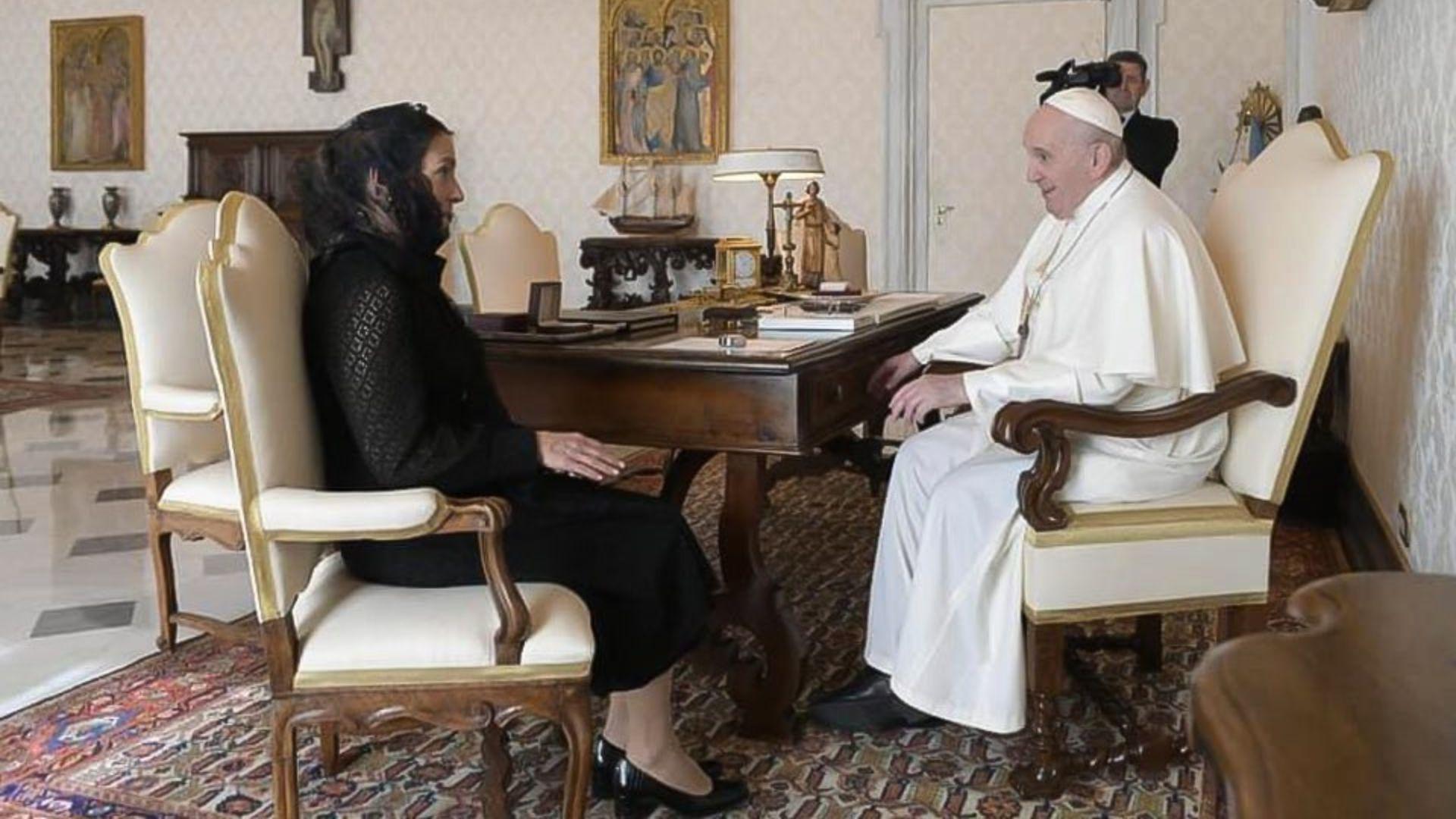 Beatriz Gutiérrez Müller con el Papa Francisco. (Foto: Twitter@lopezobrador_)