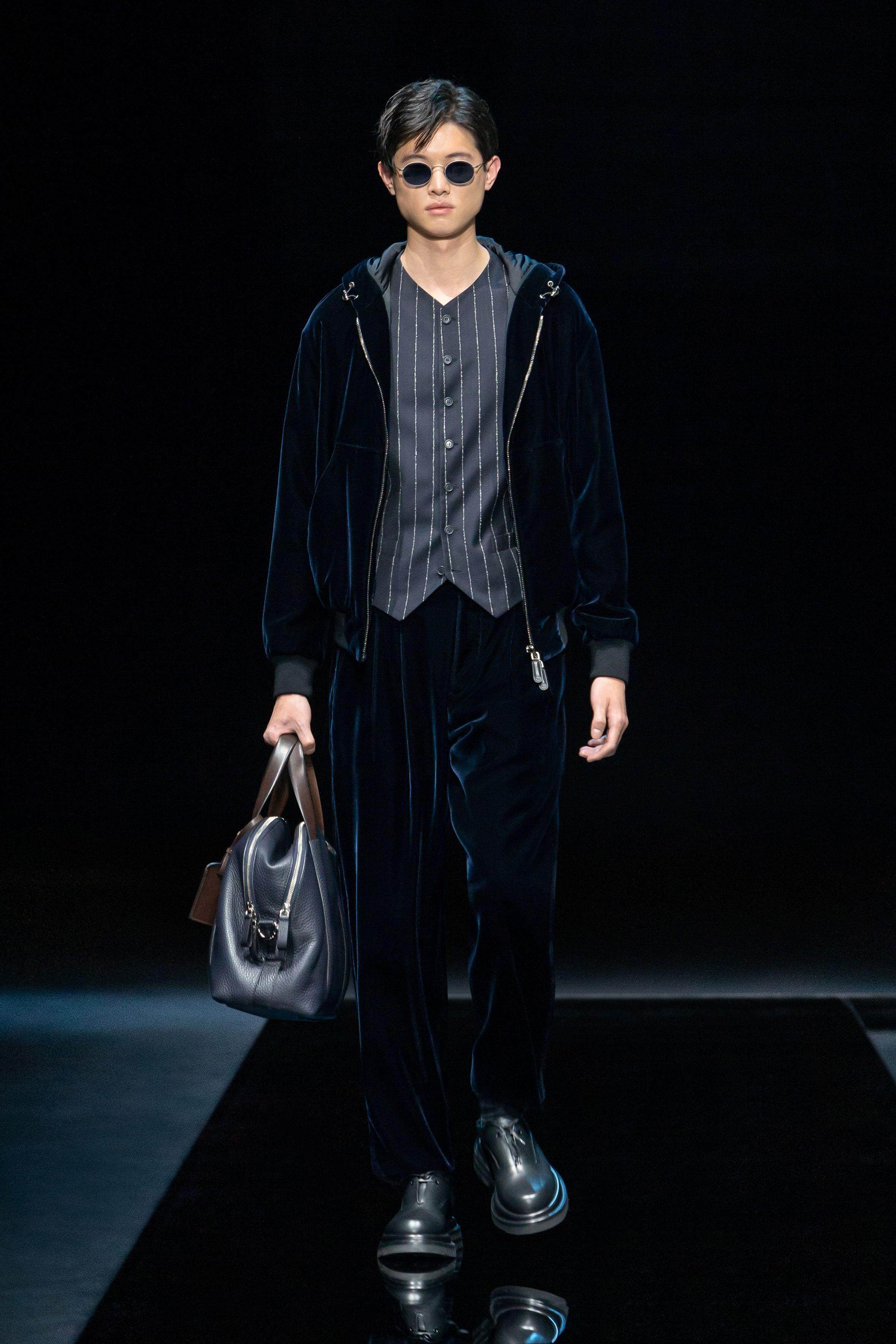 Los conjuntos de terciopelo, también fueron protagonista para la colección de hombres que presentó Giorgio Armani para su invierno 2021-2022