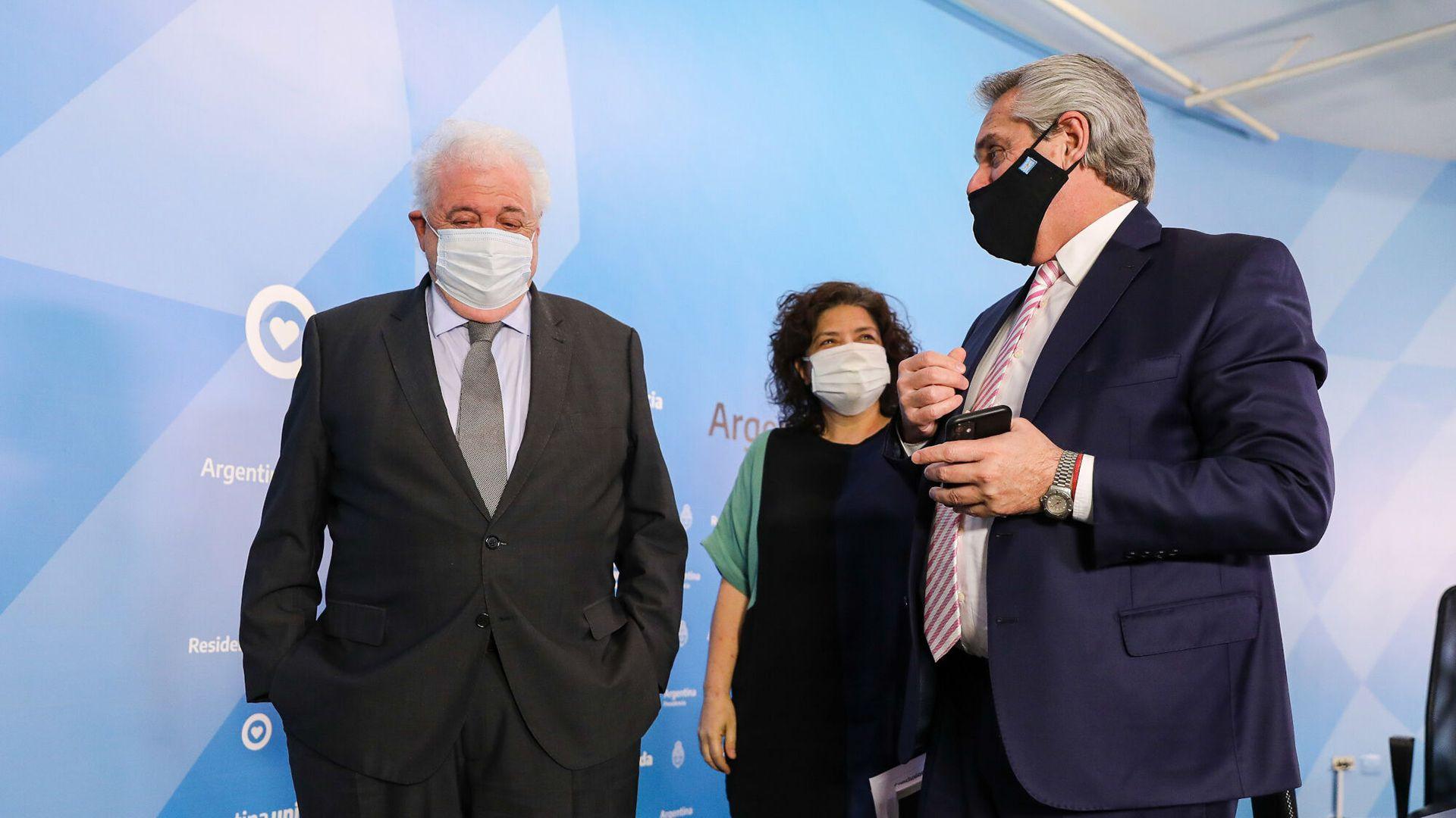El presidente Alberto Fernandez junto al ministro Gines Gonzalez Garcia y la secretaria Carla Vizzotti