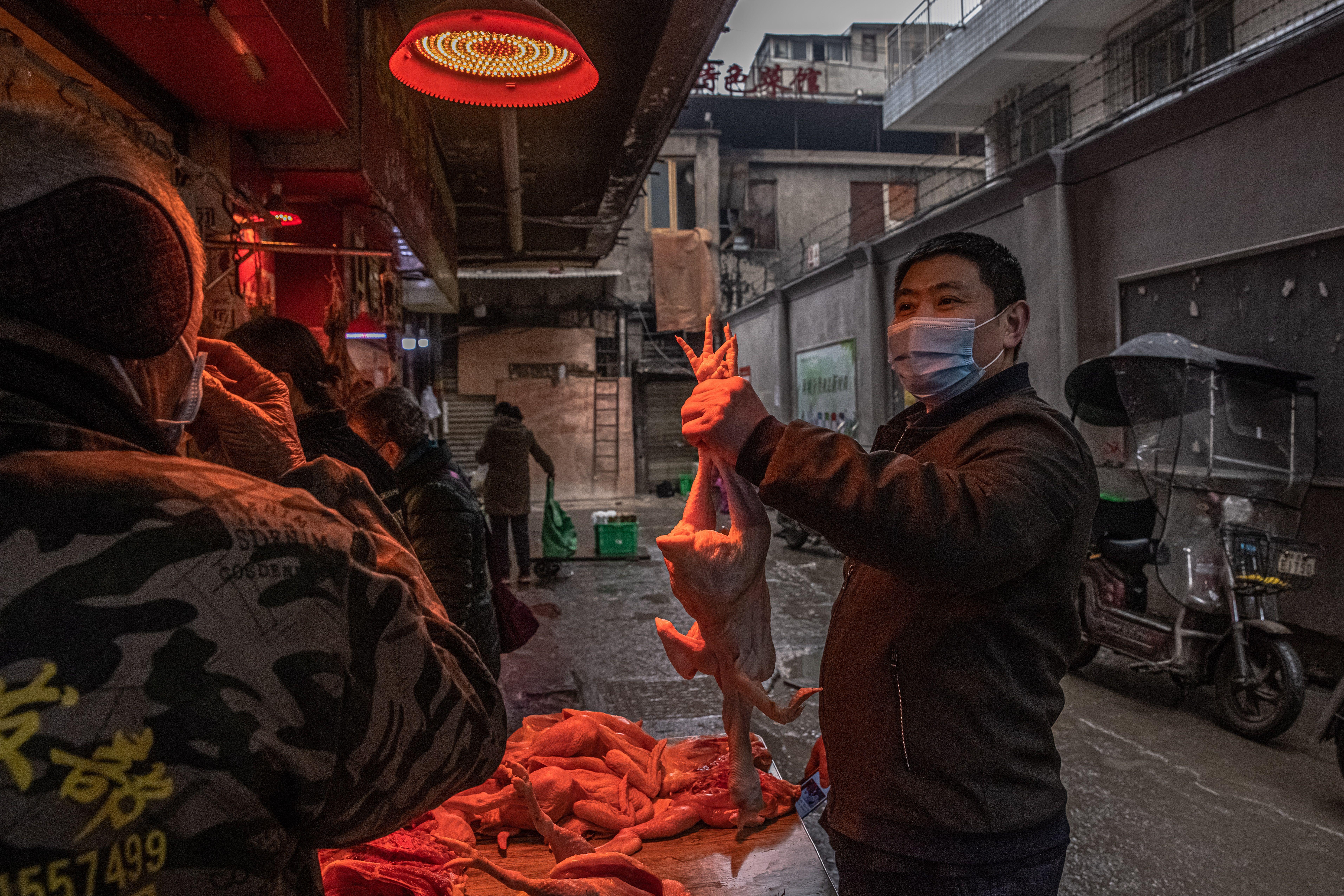 Los primeros casos registrados tenían un lugar que frecuentaban en común: el mercado de mariscos en Wuhan, provincia de Hubei, China (EFE/EPA/ROMAN PILIPEY/Archivo)