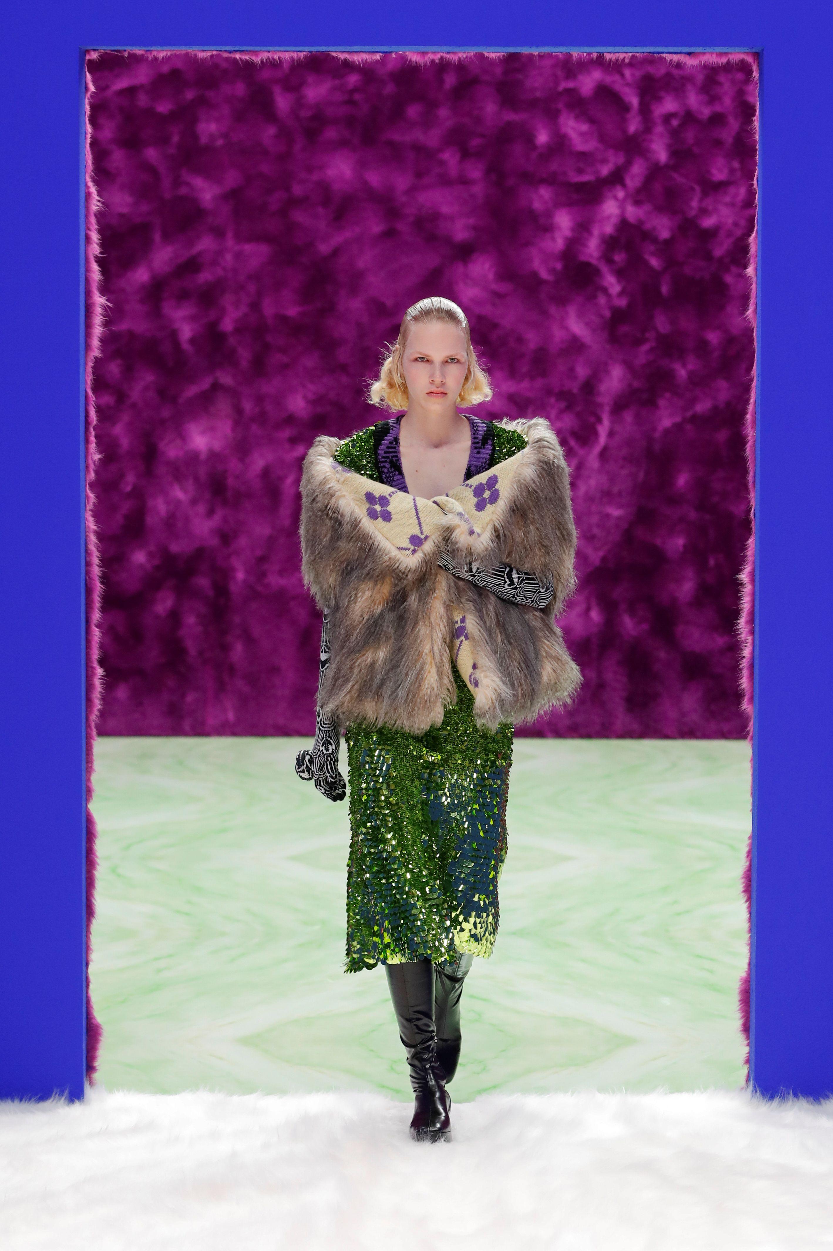 Prada en Milan Fashion Week. Primera colección de la marca italiana con la dupla creativa de Raf Simons y Miuccia Prada. Tapados de piel oversized, vestidos bordados y botas de caña alta como protagonistas en los looks de invierno 2021-2022