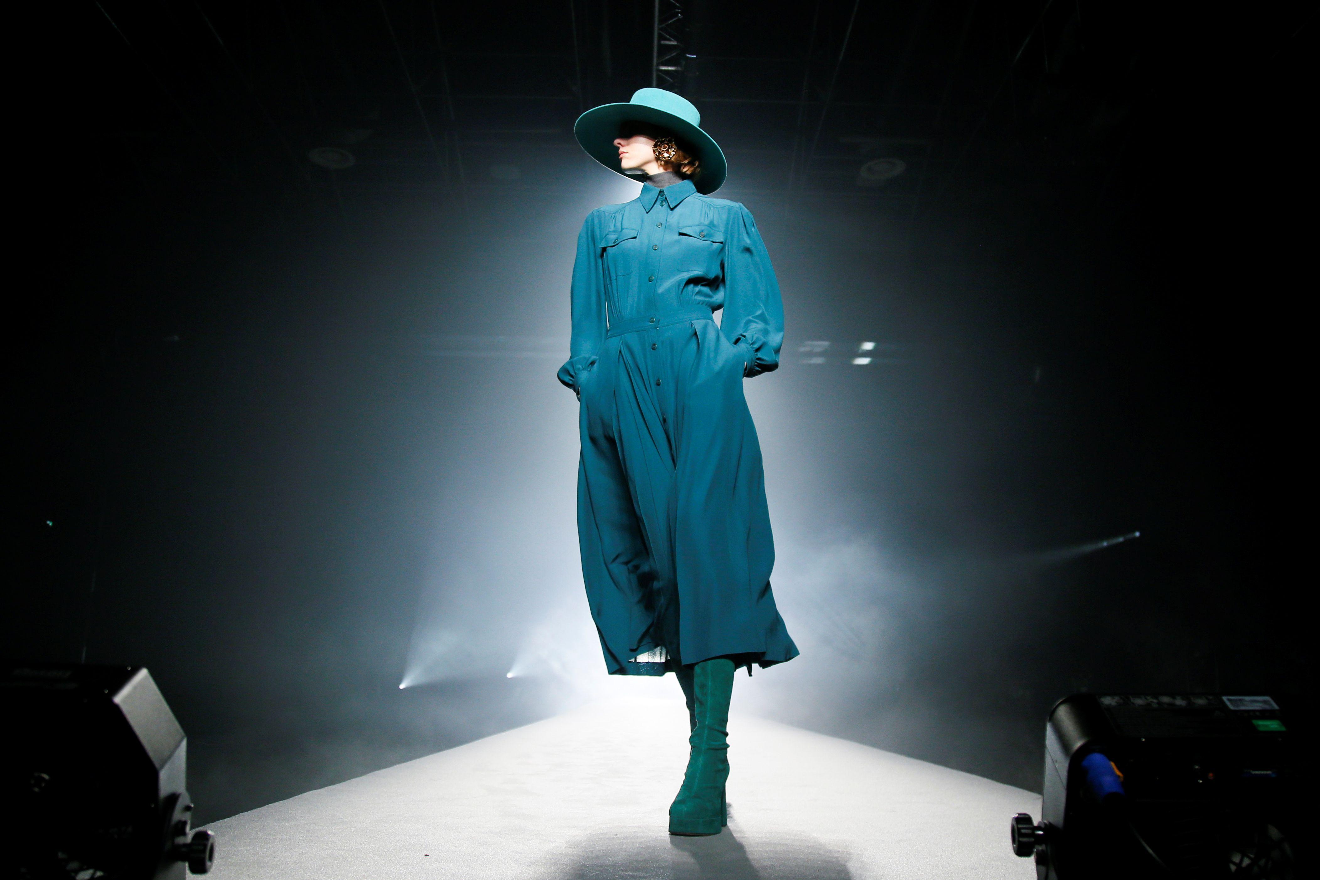 Alberta Ferretti presentó una colección en la que mezcla lana, cuero y tejido vaquero en colores neutros y con ausencia total de estampados
