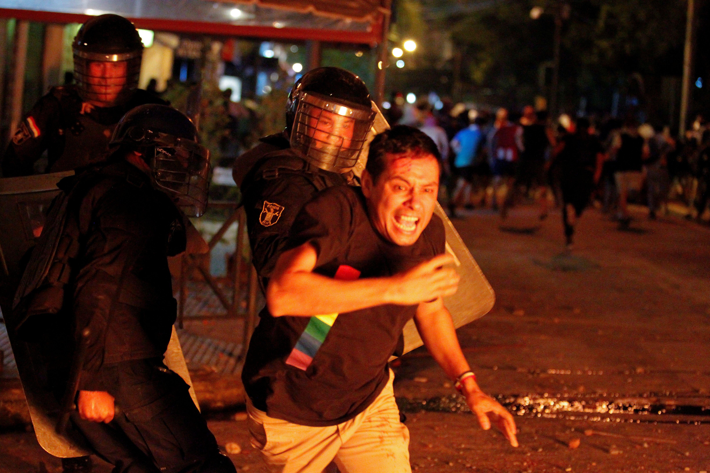 Policias persiguen a los manifestantes en Paraguay