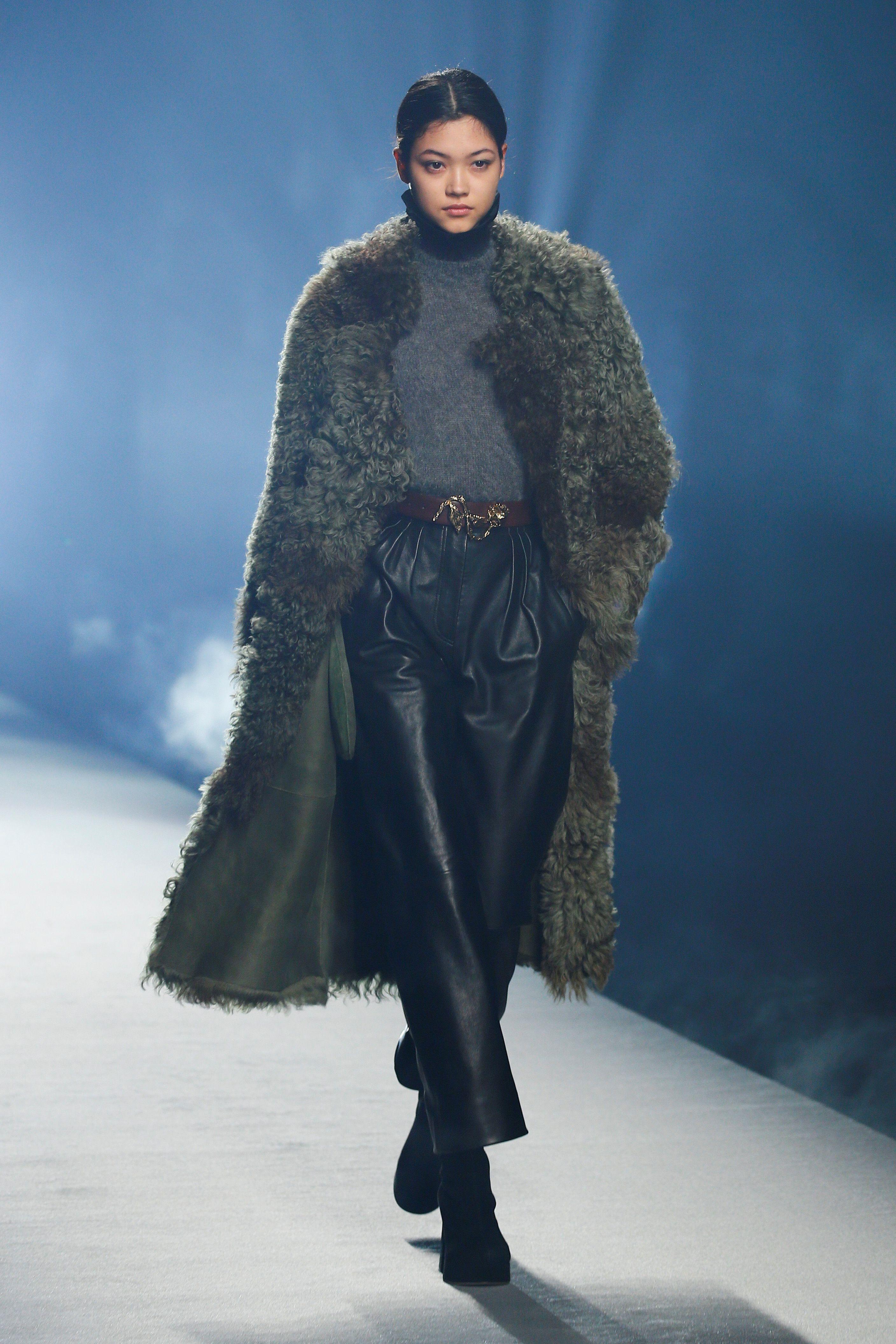Lejos de presentar en pasarela pantalones chupines, la diseñadora optó por pantalones rectos y anchos, que se verán en las calles durante todo el invierno