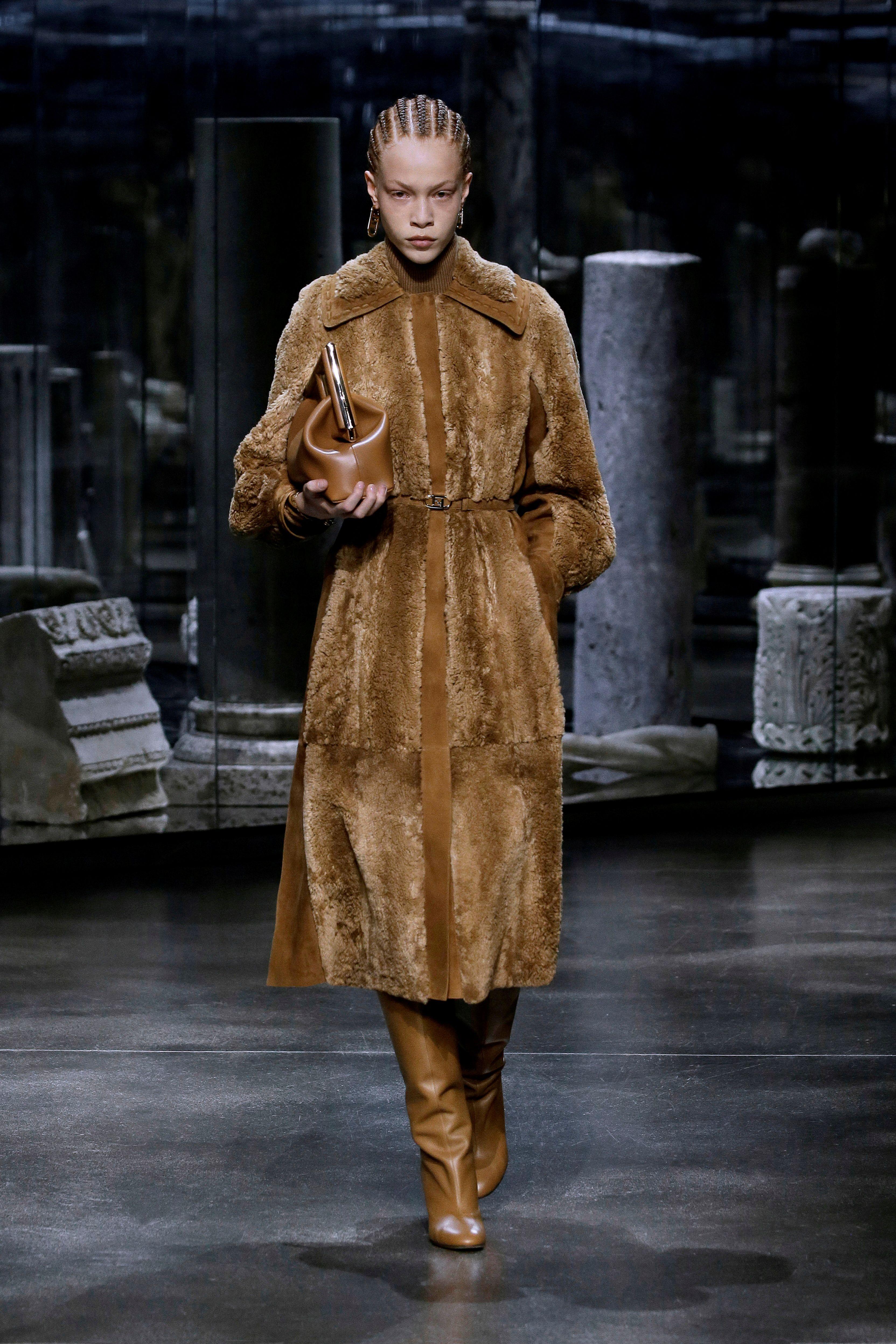 El diseñador Kim Jones hizo su debut en Fendi, en Roma, presentando una línea de otoño-invierno en tonos neutros destacándose los tapados de piel