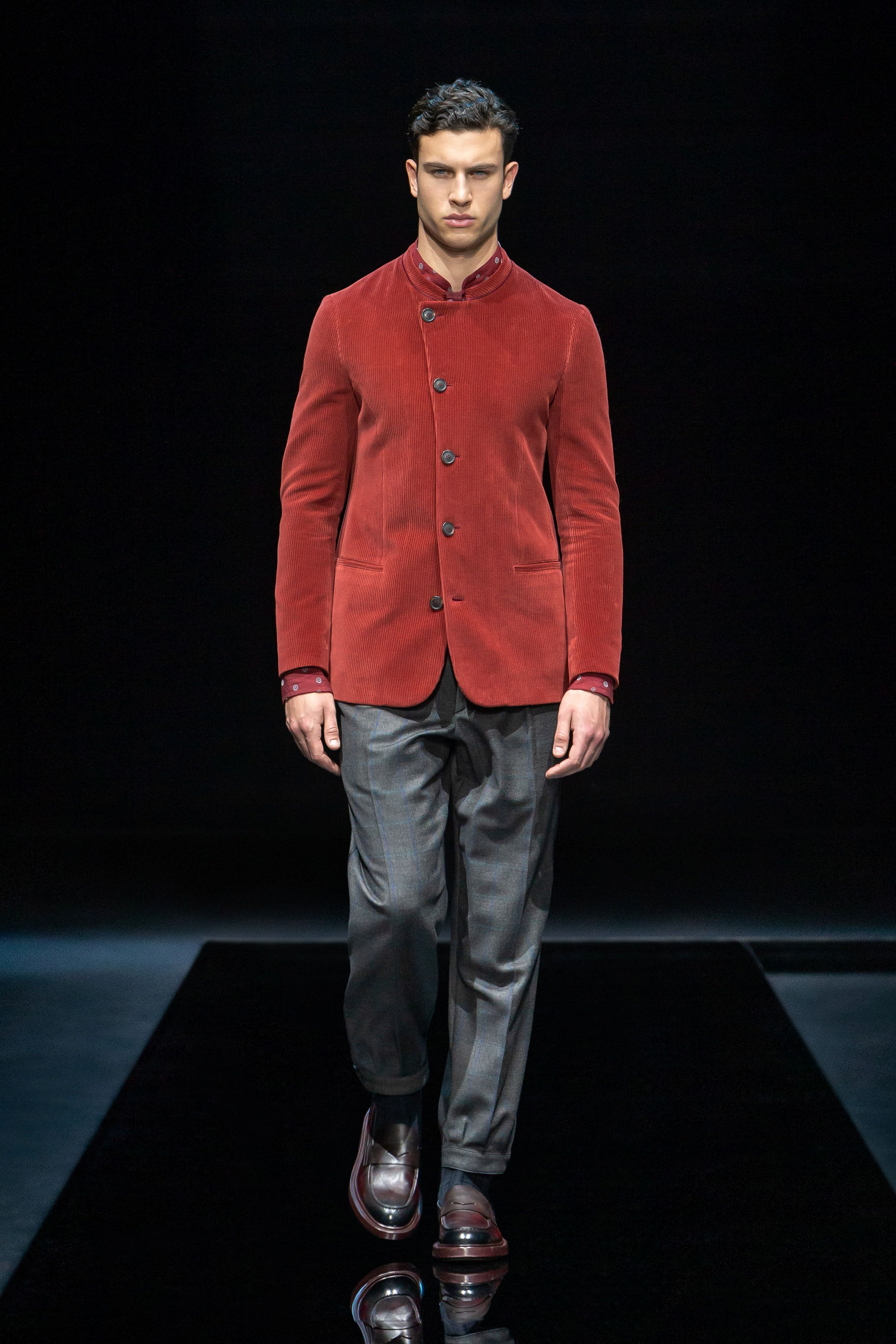 En el caso de los hombres, las chaquetas se llevan como camisas y los abrigos suaves sobre jerseys pegados al cuerpo con diseños geométricos