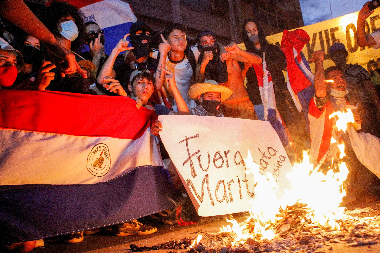 Un grupo de personas protestan en la Asunción