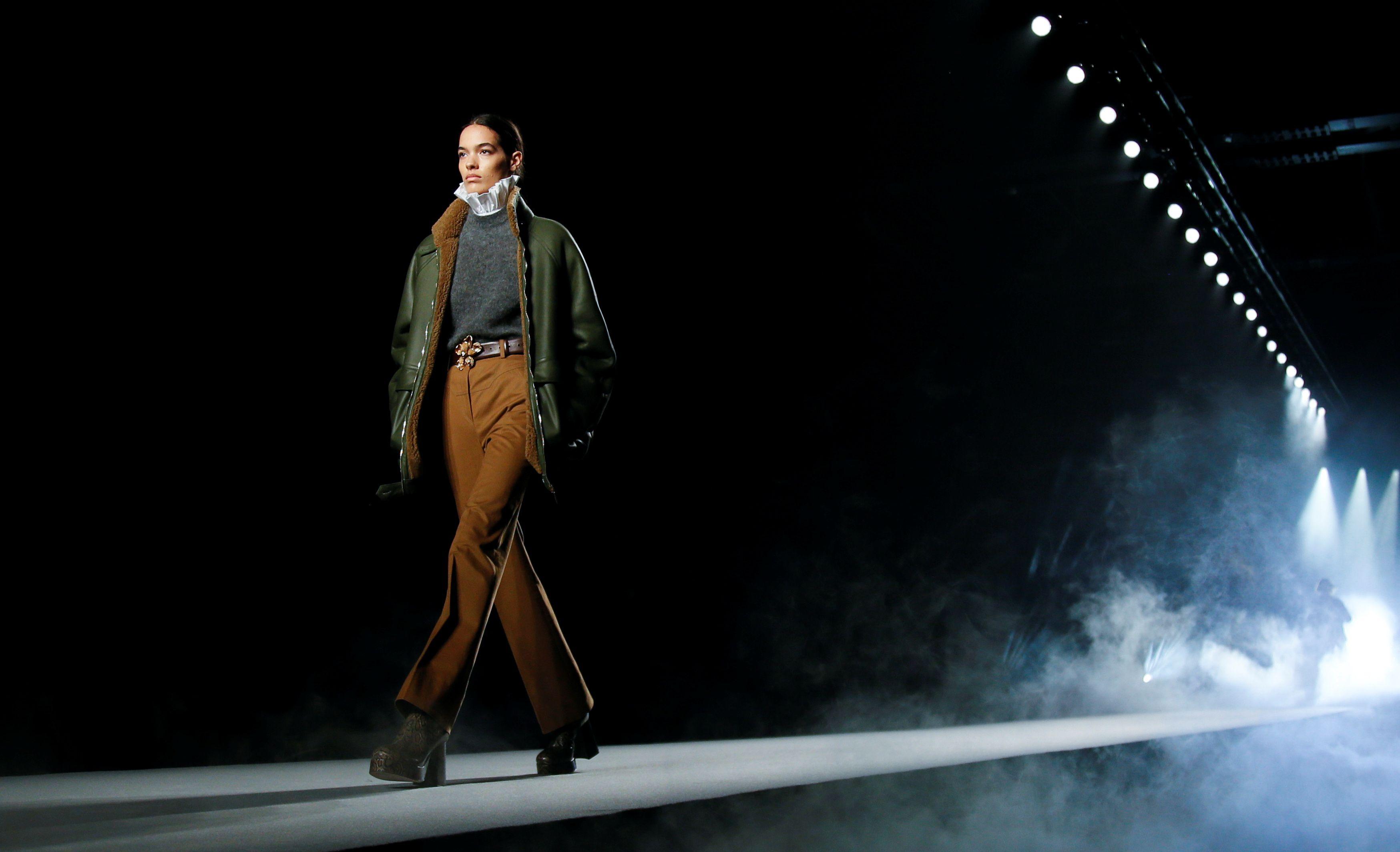 Con una propuesta repleta de feminidad, minimalismo y elegancia, diseños sofisticados y conjuntos de dos piezas, fueron protagonistas de la pasarela de invierno 2021-2022 de Ferretti. El cuero y prendas de lentejuelas, los principales hits