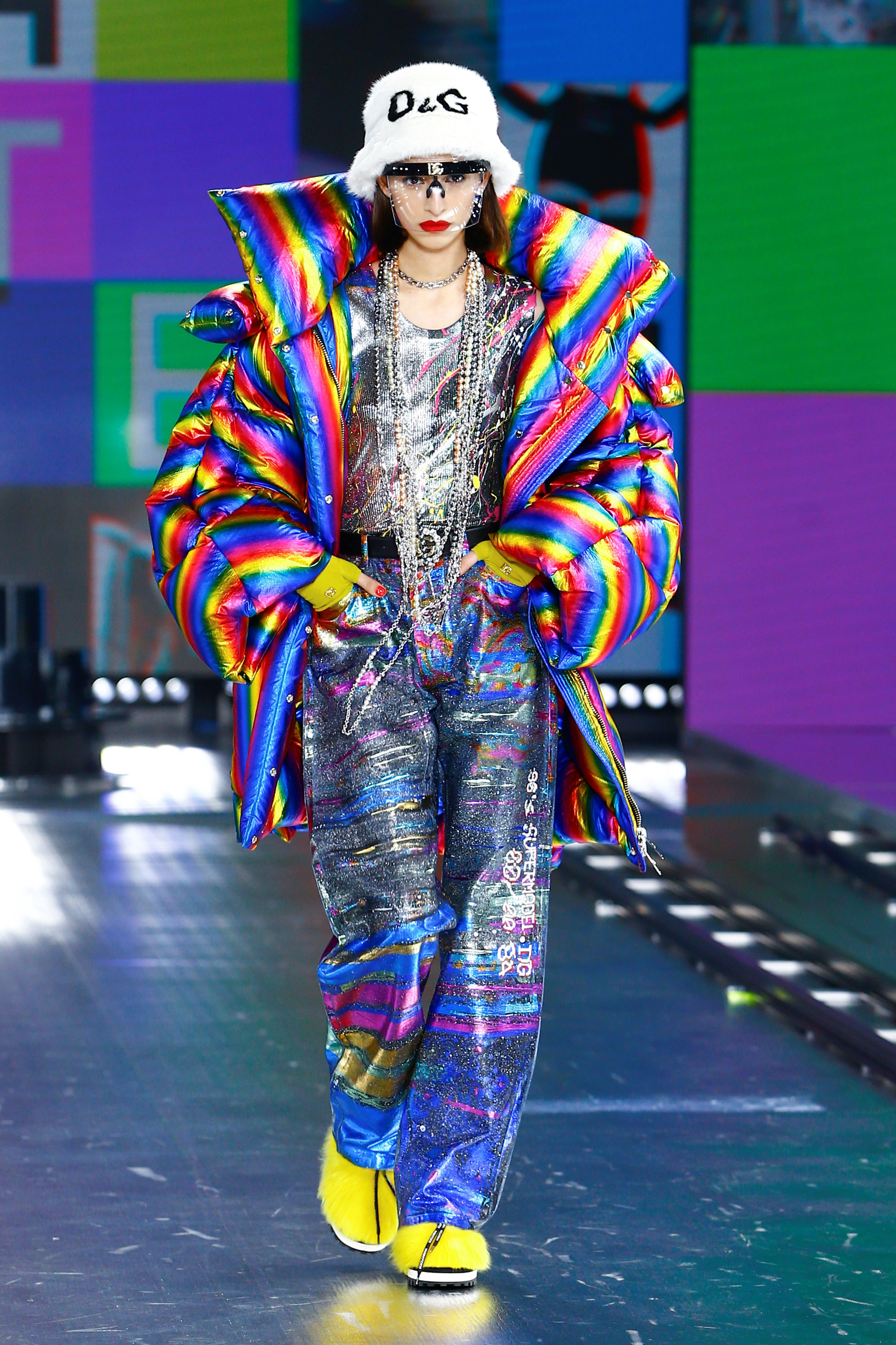 Los colores brillantes, los estampados de leopardo y los abrigos y blusas dorados y plateados relucientes se hicieron presentes en el desfile de Dolce & Gabbana. En pasarela, las prendas furor: la puffer jacket y un piluso de piel