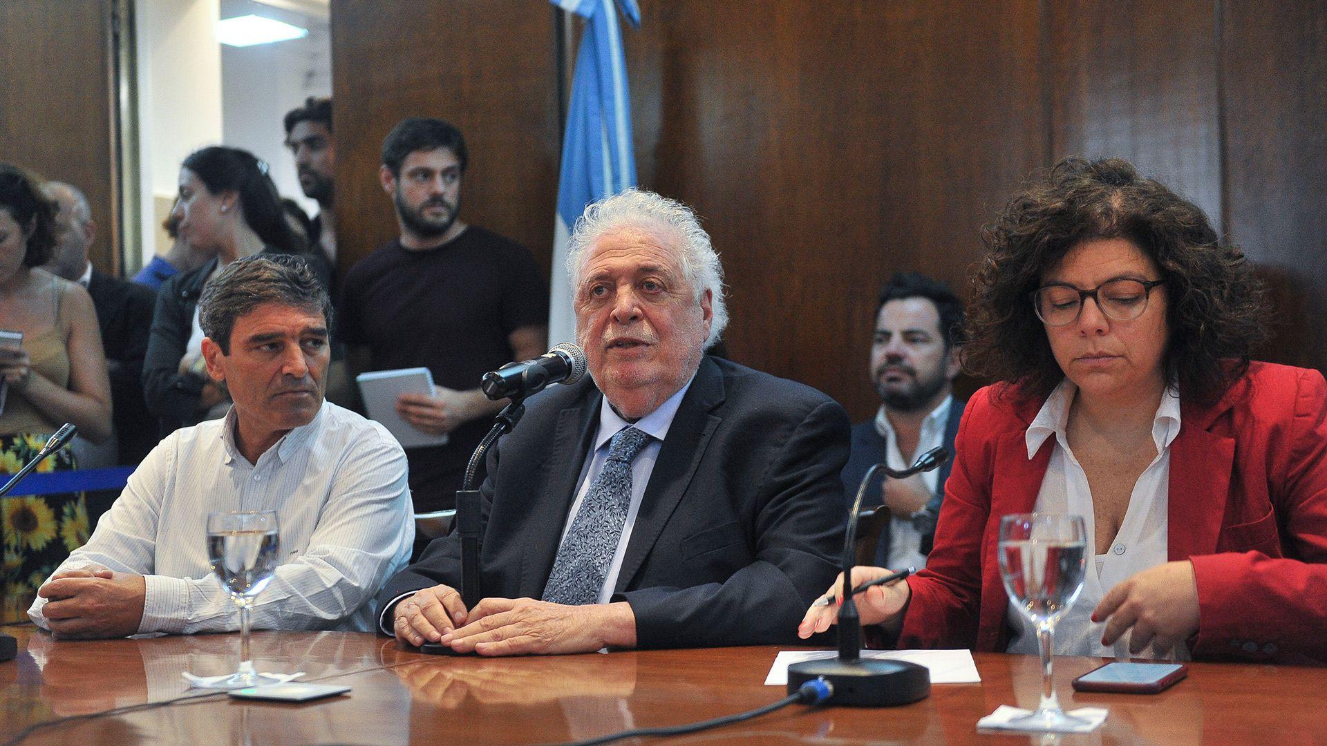 El ahora ex ministro de Salud de la Nación, Ginés González García, confirmó el 3 de marzo de 2020 el primer caso de COVID-19 en la Argentina, acompañado por la actual ministra, Carla Vizzotti, y el ministro de la cartera sanitaria porteña, Fernán Quirós (Foto: Osvaldo Fanton/Télam)