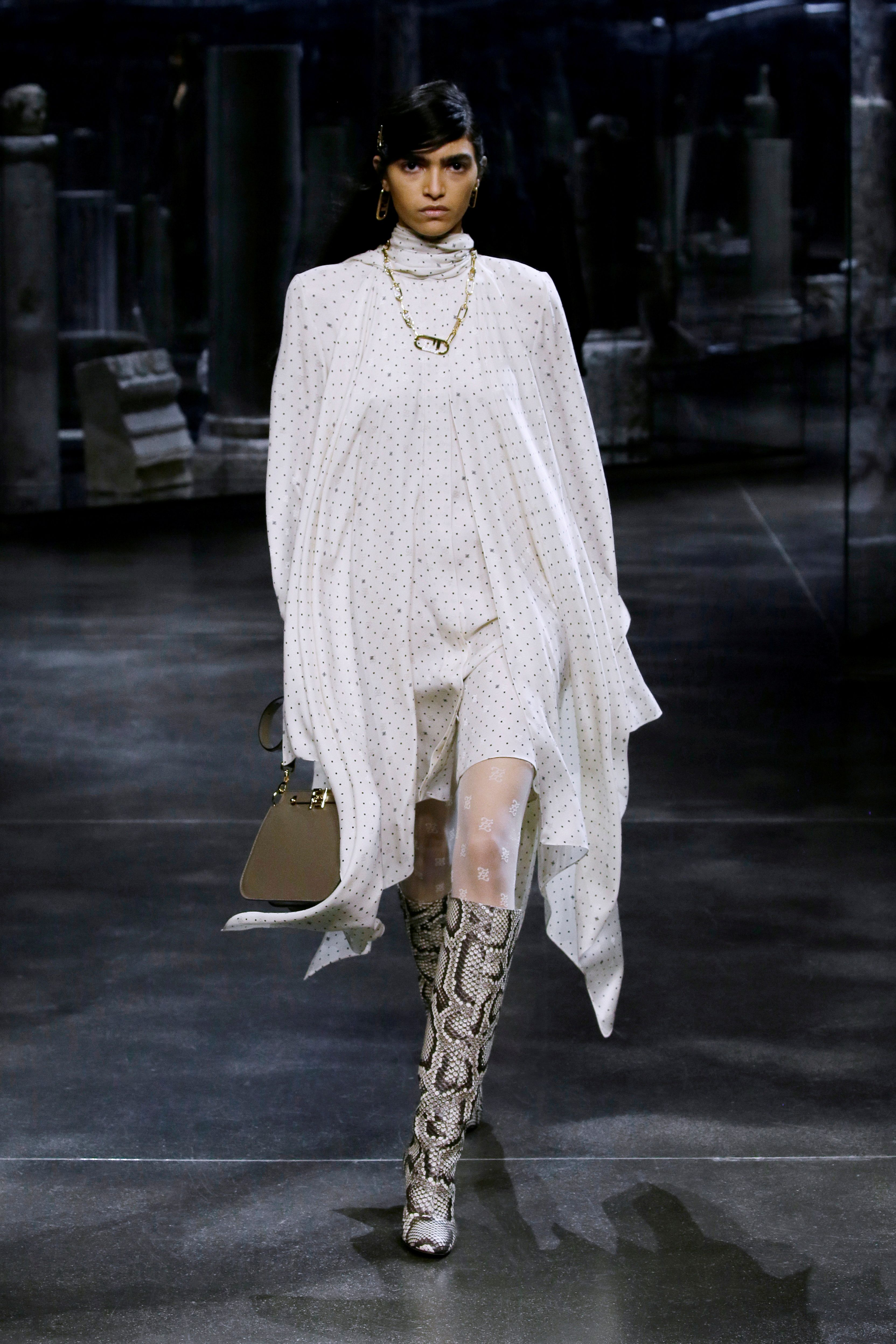 También presentó abrigos, blusas de punto recortadas, pantalones de tiro alto y vestidos camiseros de seda a rayas