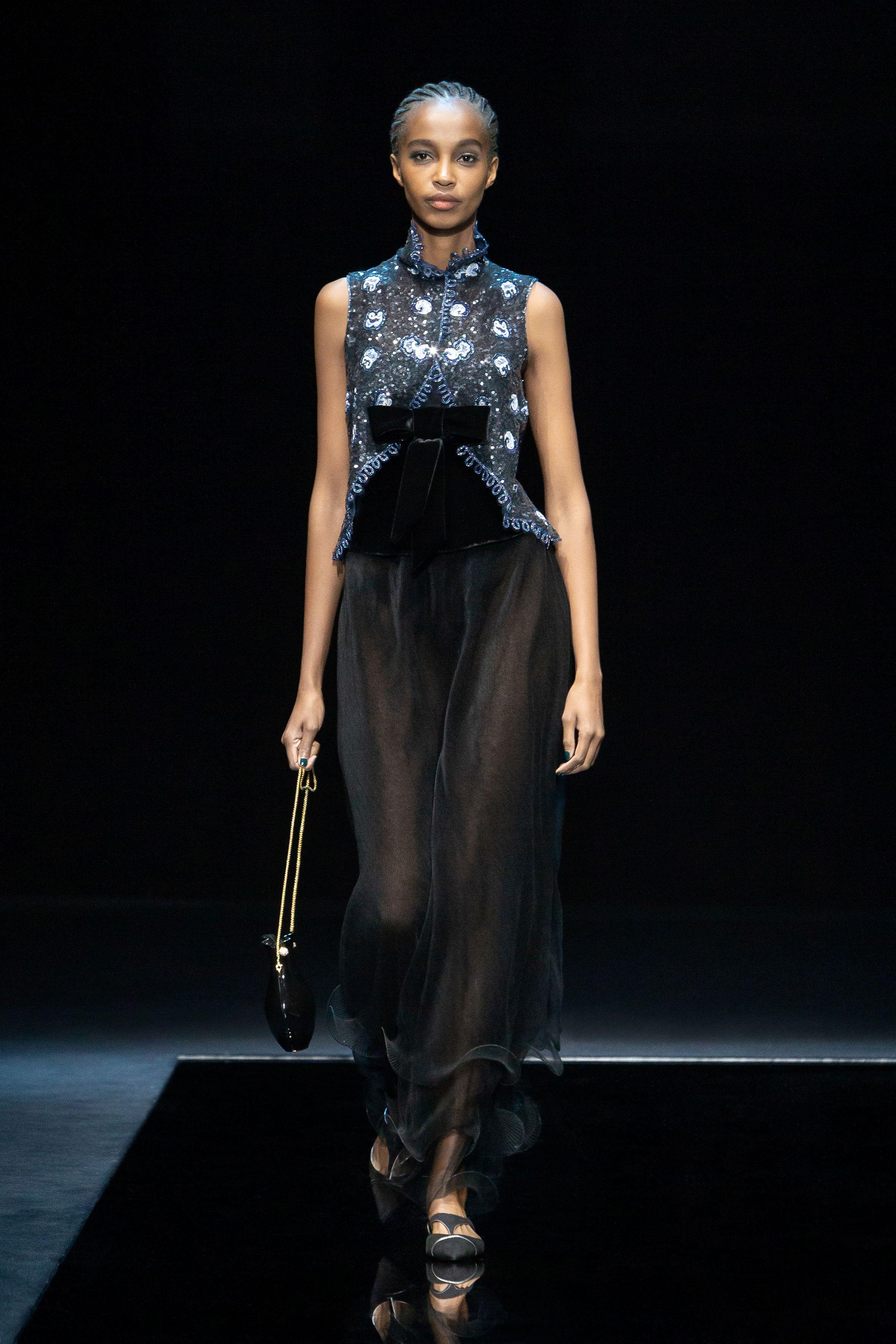 El desfile del diseñador italiano Giorgio Armani ha sido el protagonista de la Semana de la Moda de Milán, con una colección de noche para el día. con el terciopelo negro y el raso brillante en azules suaves como texturas destacadas y estampados geométricos