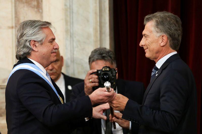 El presidente saliente de Argentina, Mauricio Macri, al entregar el bastón presidencial a Alberto Fernández en 2019