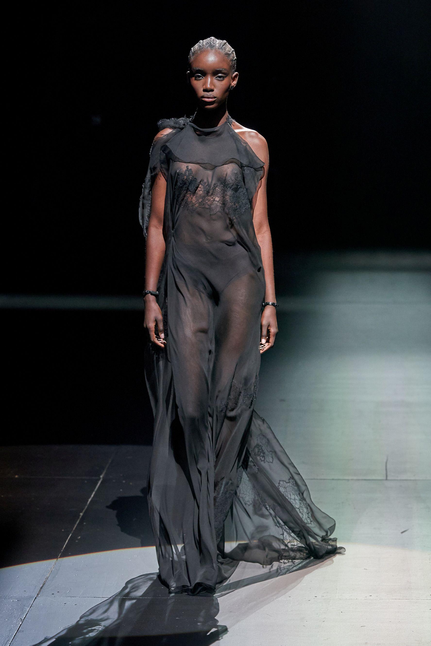 Los vestidos largos con transparencias, de seda, el género que más destaca a Valentino, fueron uno de las prendas HIT de la temporada invernal de la firma