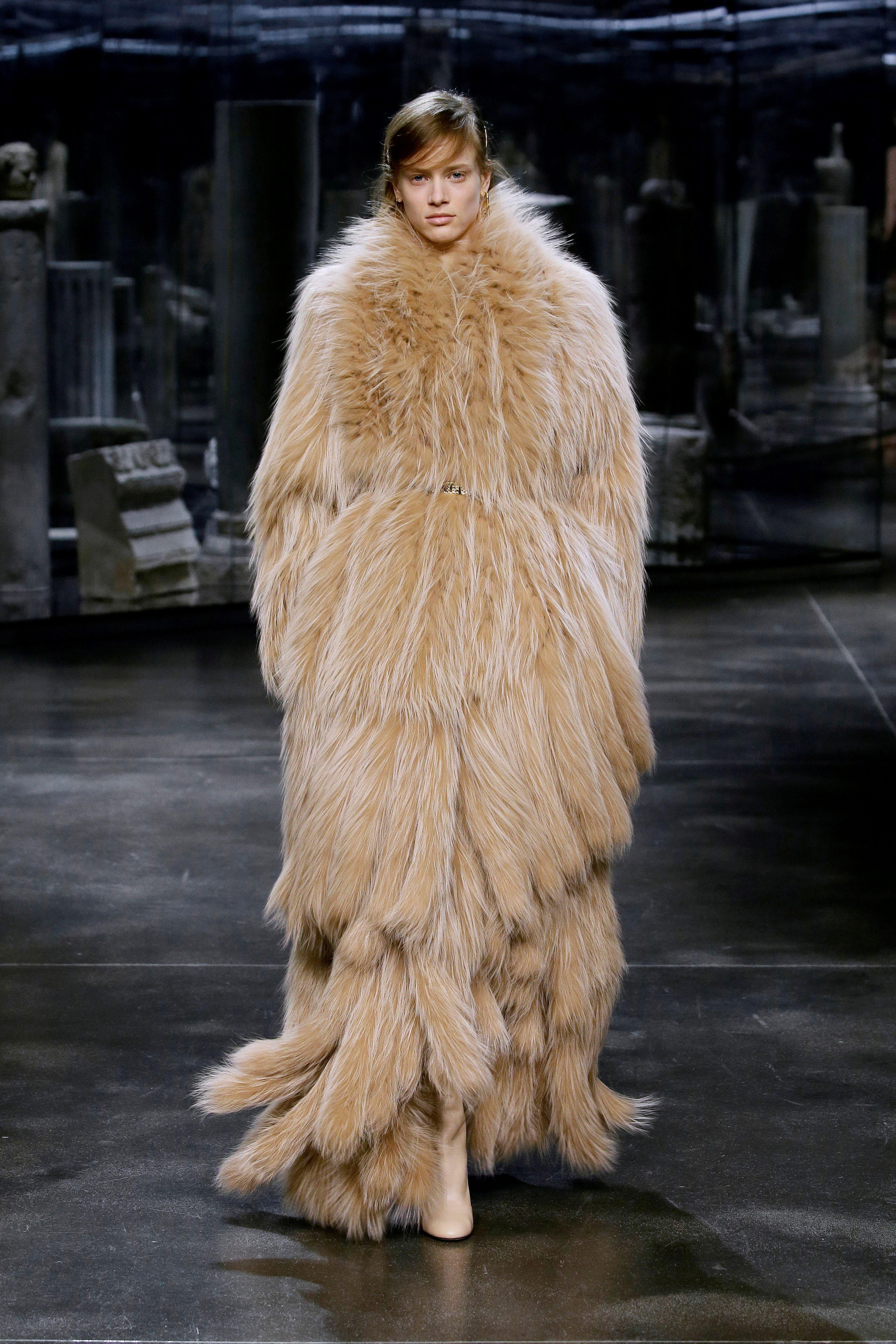 Siguiendo los pasos del fallecido diseñador Karl Lagerfeld, quien colaboró con la marca durante 54 años, Jones abrió la presentación con un abrigo de piel, un sello distintivo de Fendi
