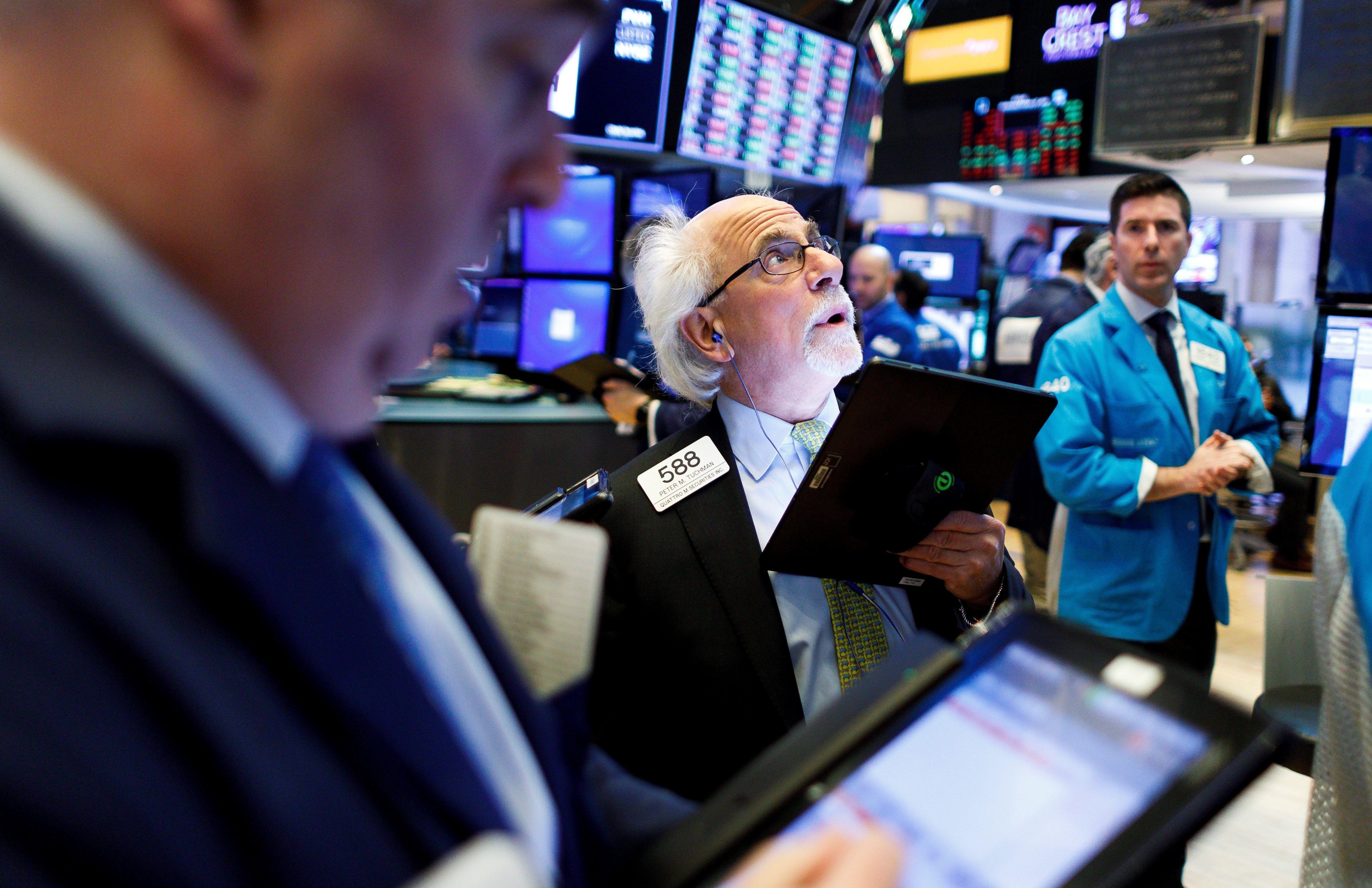 Agentes de bolsa trabajan en la Bolsa de Nueva York, Estados Unidos. EFE/ Justin Lane/Archivo