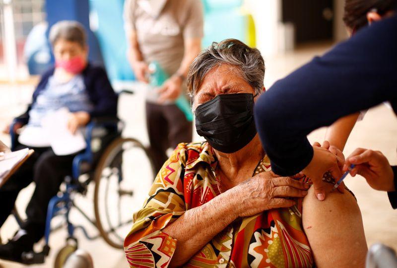 El reporte técnico de la SSa señaló que este 12 de abril se inyectó el antígeno a 277,537 personas (Foto: Reuters / José Luis González)