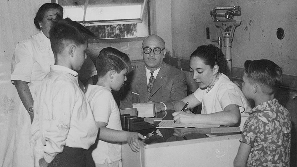 El 12 de septiembre de 1956 se aplicaron las primeras inyecciones en 44 escuelas de la Capital Federal. (AGN)