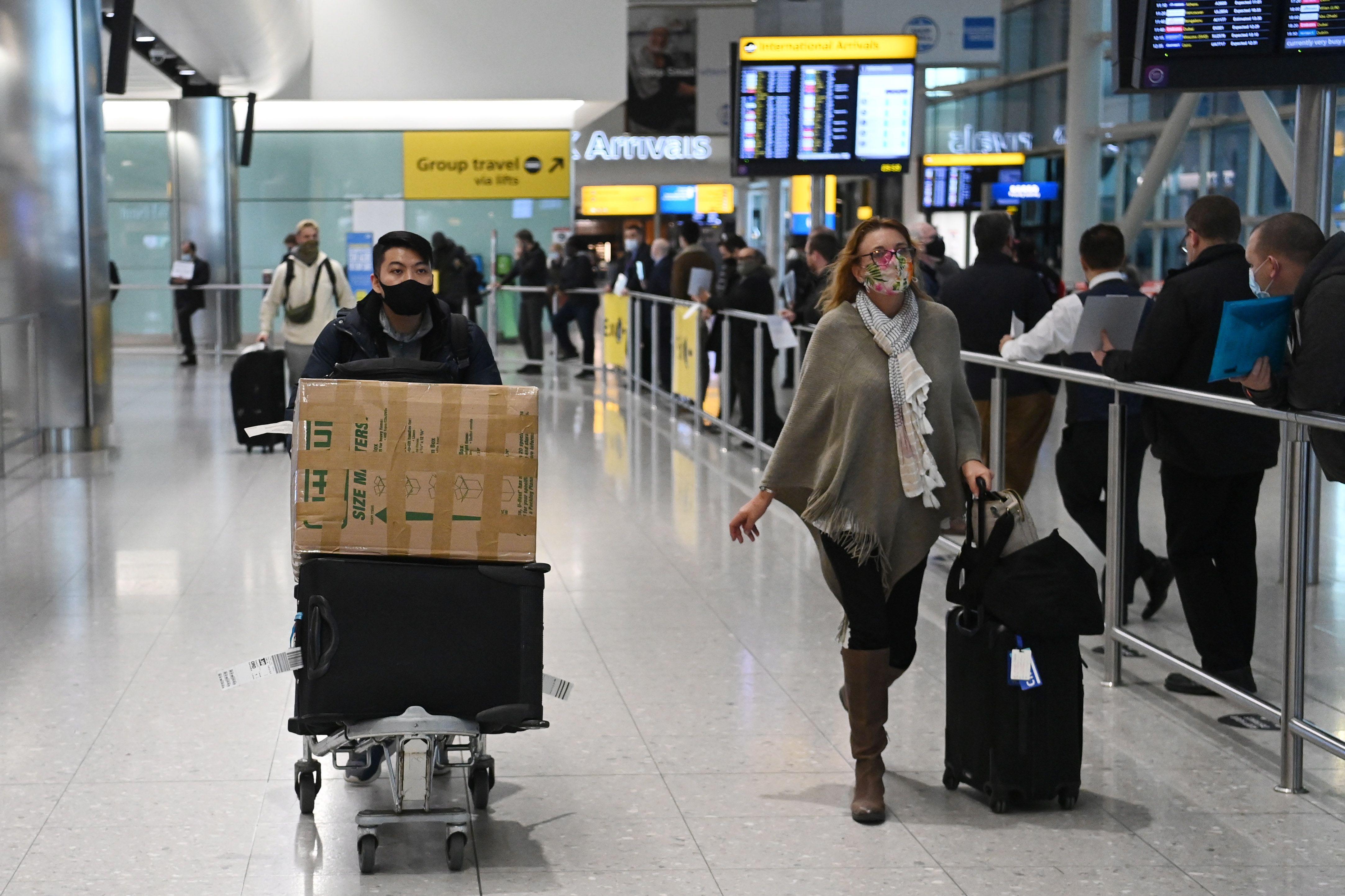Volar supone también pasar tiempo en las filas para los controles de seguridad de los aeropuertos y en las zonas de embarque    (EFE/EPA/NEIL HALL/Archivo)