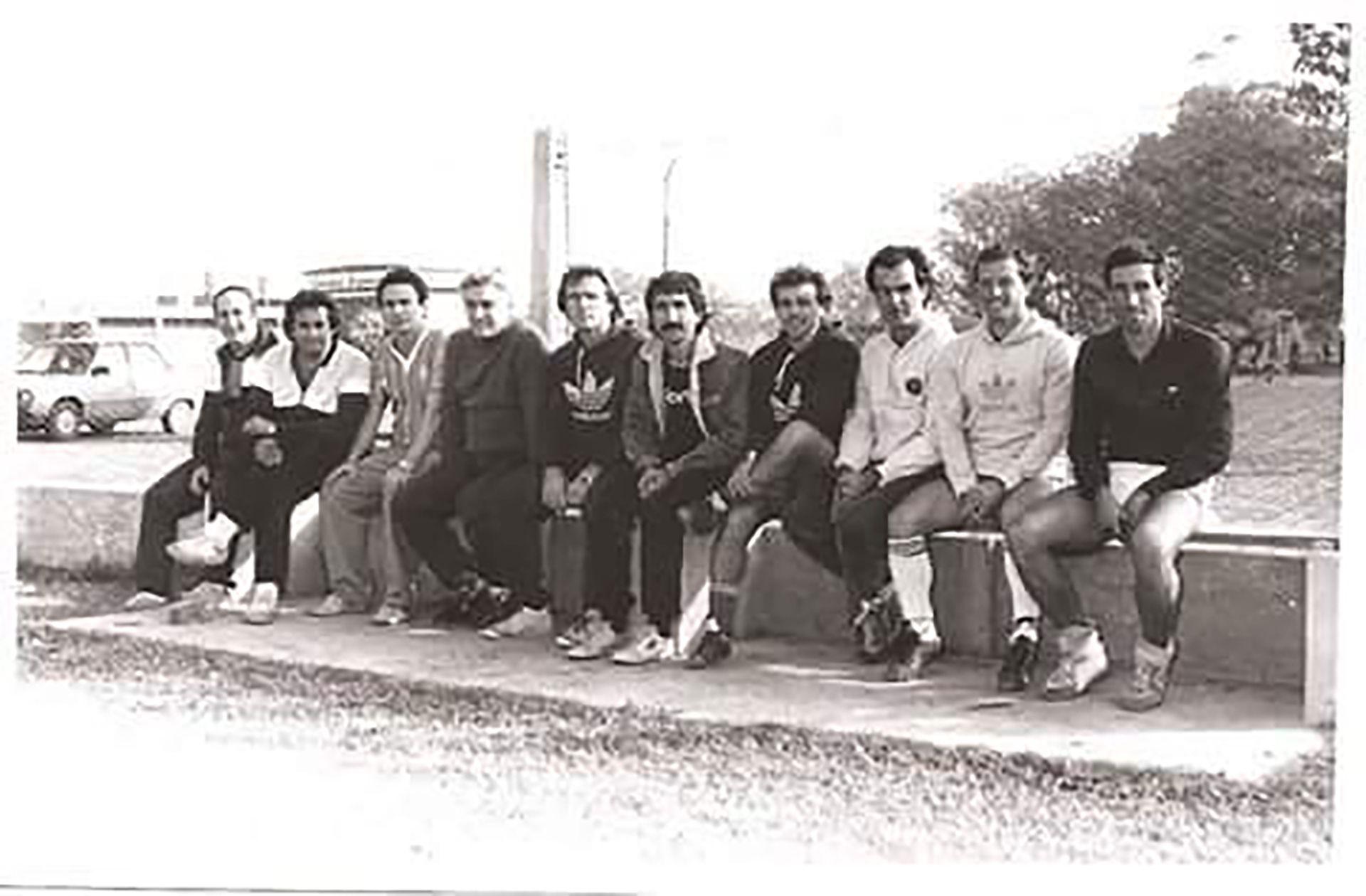 Bielsa, Griffa y el cuerpo técnico de las inferiores de Newell's en los 80 (@chueco_67)