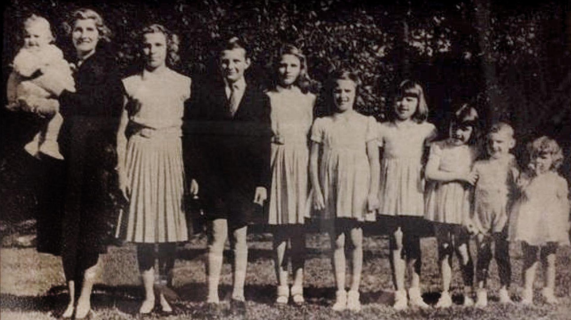 Magdalena junto a sus nueve hijos