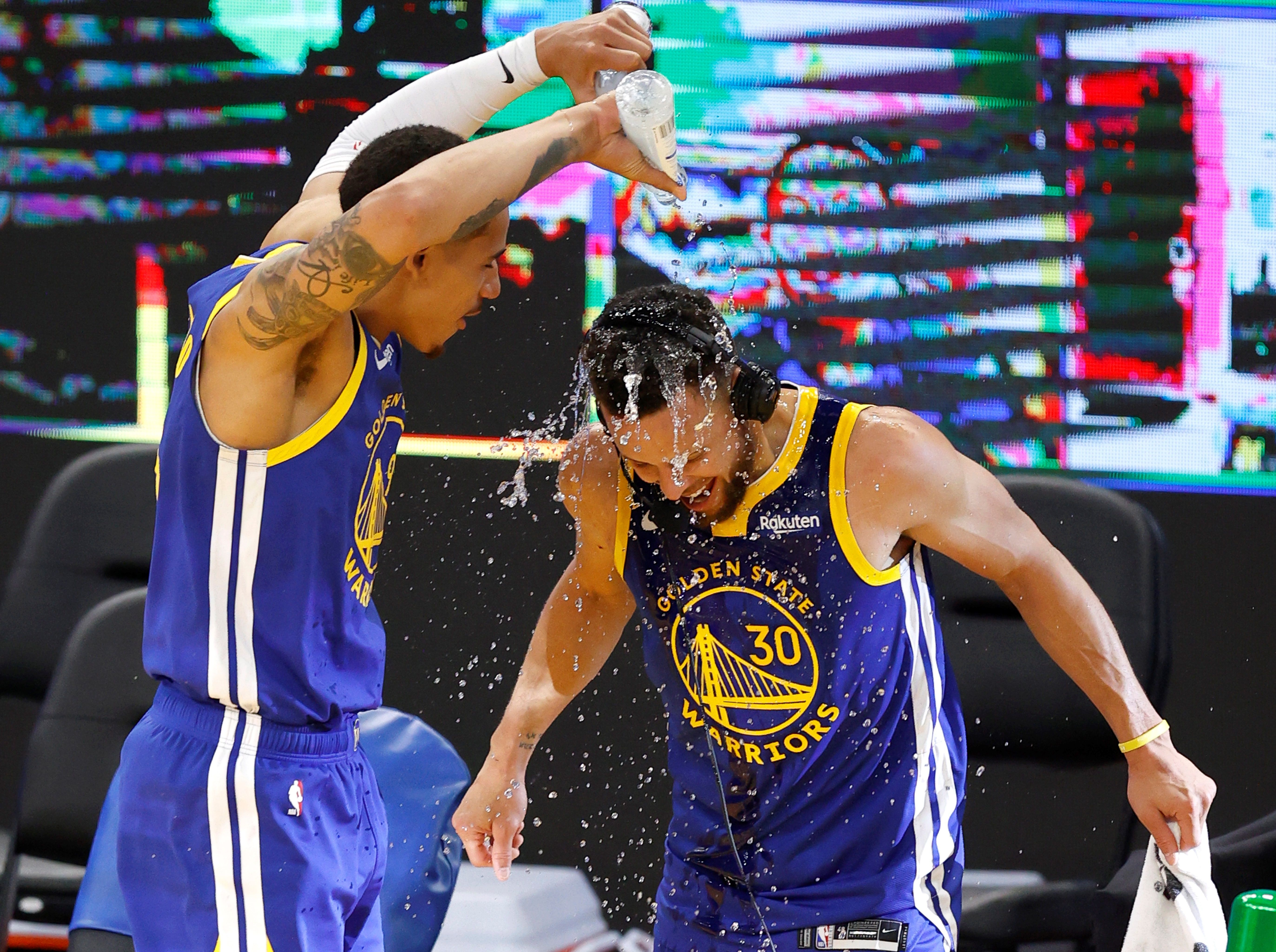 San Francisco (United States), 13/04/2021.- Golden State Warriors guard Stephen Curry (R) gets doused with water by Golden State Warriors forward Juan Toscano-Anderson (L) as Curry gives an interview after surpassing Golden State Warriors legend Wilt Chamberlain for a franchise all-time leading scorer, at the conclusion of the NBA basketball game between the Denver Nuggets and Golden State Warriors at Chase Center in San Francisco, EFE/EPA/JOHN G. MABANGLO