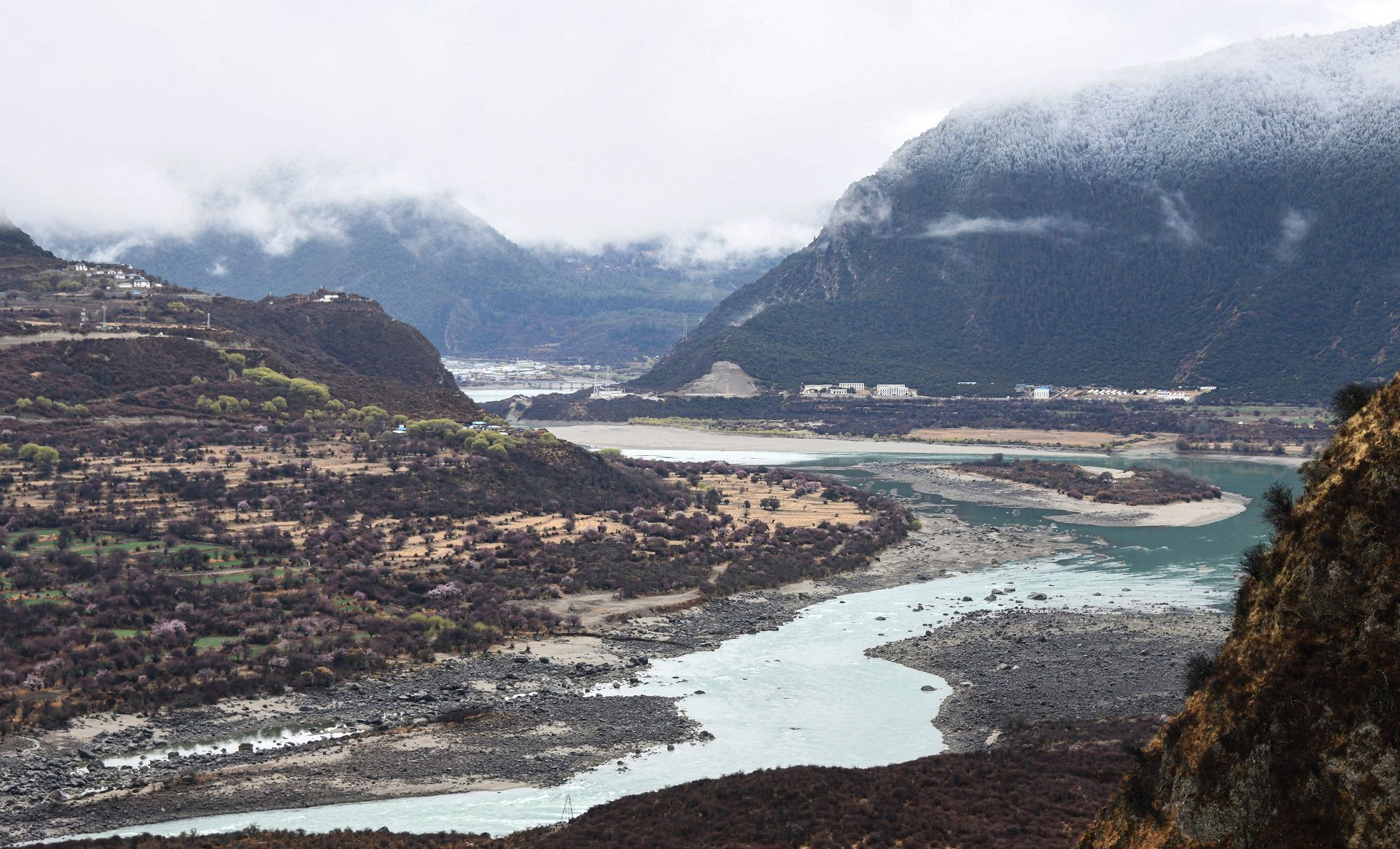 This photo taken on March 28, 2021 shows the Yarlung Zangbo Grand Canyon in Nyingchi city, in China's western Tibet Autonomous Region. - China is planning a mega dam in Tibet able to produce triple the electricity generated by the Three Gorges -- the world's largest power station -- stoking fears among environmentalists and in neighbouring India. (Photo by STR / AFP) / China OUT / TO GO WITH AFP STORY CHINA-ENVIRONMENT-TIBET-POLITICS-INDIA,FOCUS BY PATRICK BAERT AND BHUVAN BAGGA
