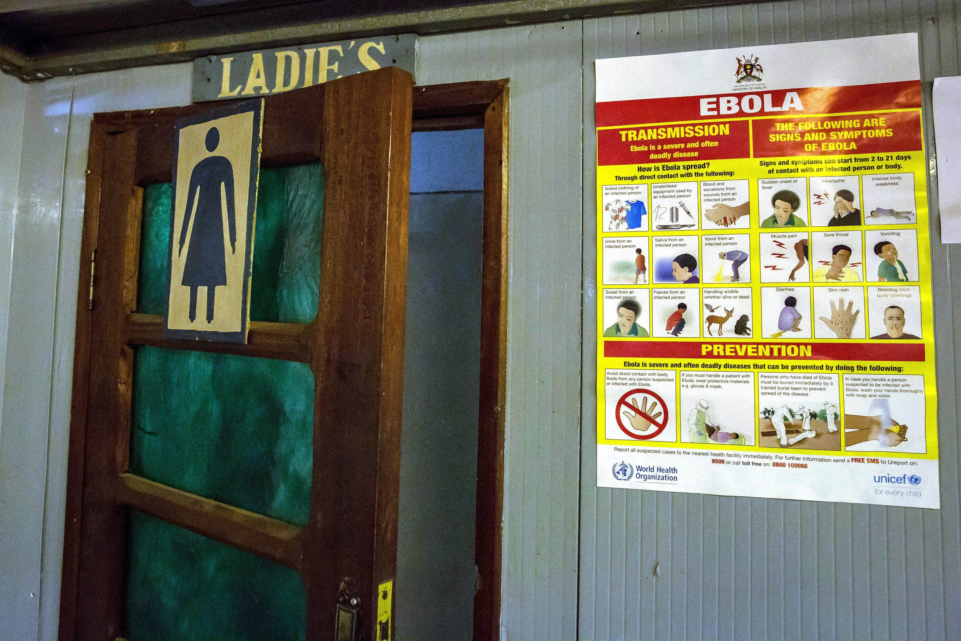 Información acerca del ébola a la entrada de un baño de mujeres en Aeropuerto Internacional de Goma, en República Democrática del Congo SALLY HAYDEN / ZUMA PRESS / CONTACTOPHOTO