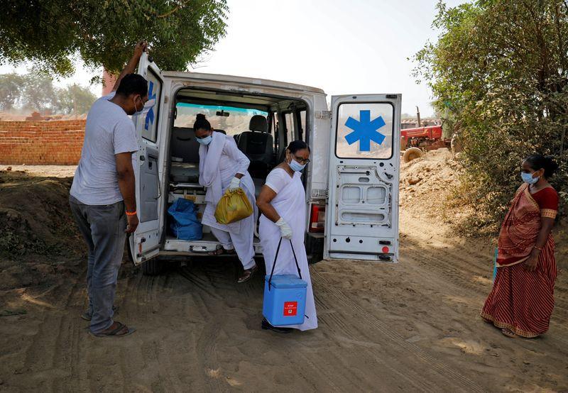 Foto del jueves de trabajadores de salud llegando con dosis de la vacuna COVISHIELD del Serum Institute of India para la campaña de inmunización en las afueras de la ciudad de Ahmedabad Abril 8, 2021. REUTERS/Amit Dave