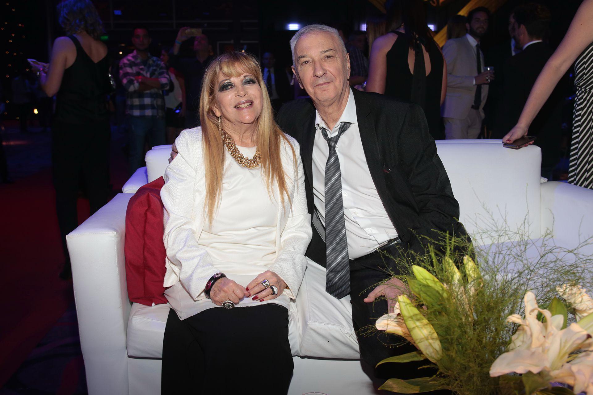 Mauro Viale con su mujer, Leonor, en una fiesta del canal América en 2016