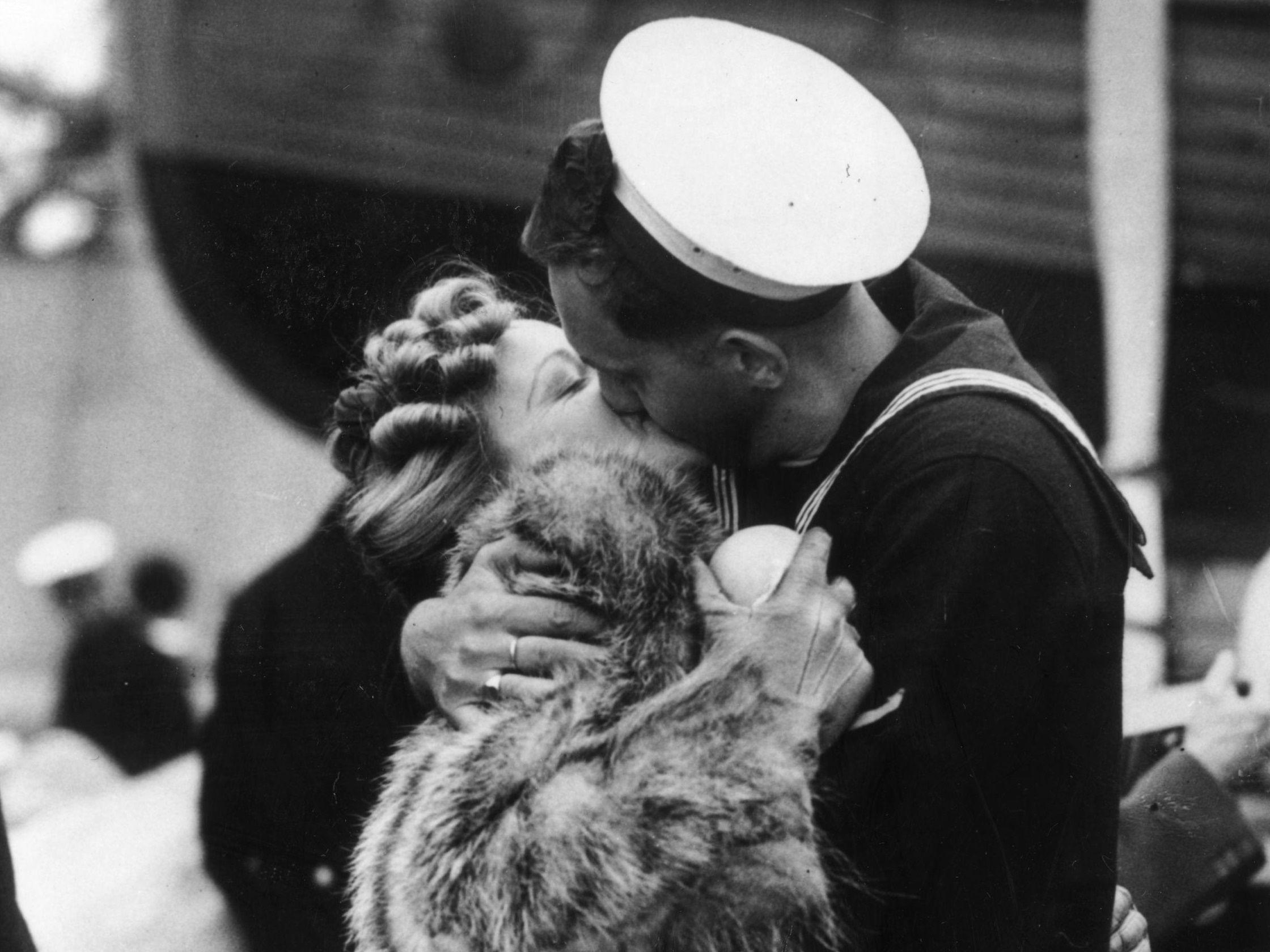 11/12/1945 En el Día Internacional del Beso analizamos cómo ha cambiado este gesto tan natural con la pandemia EUROPA ESPAÑA SOCIEDAD HULTON ARCHIVE