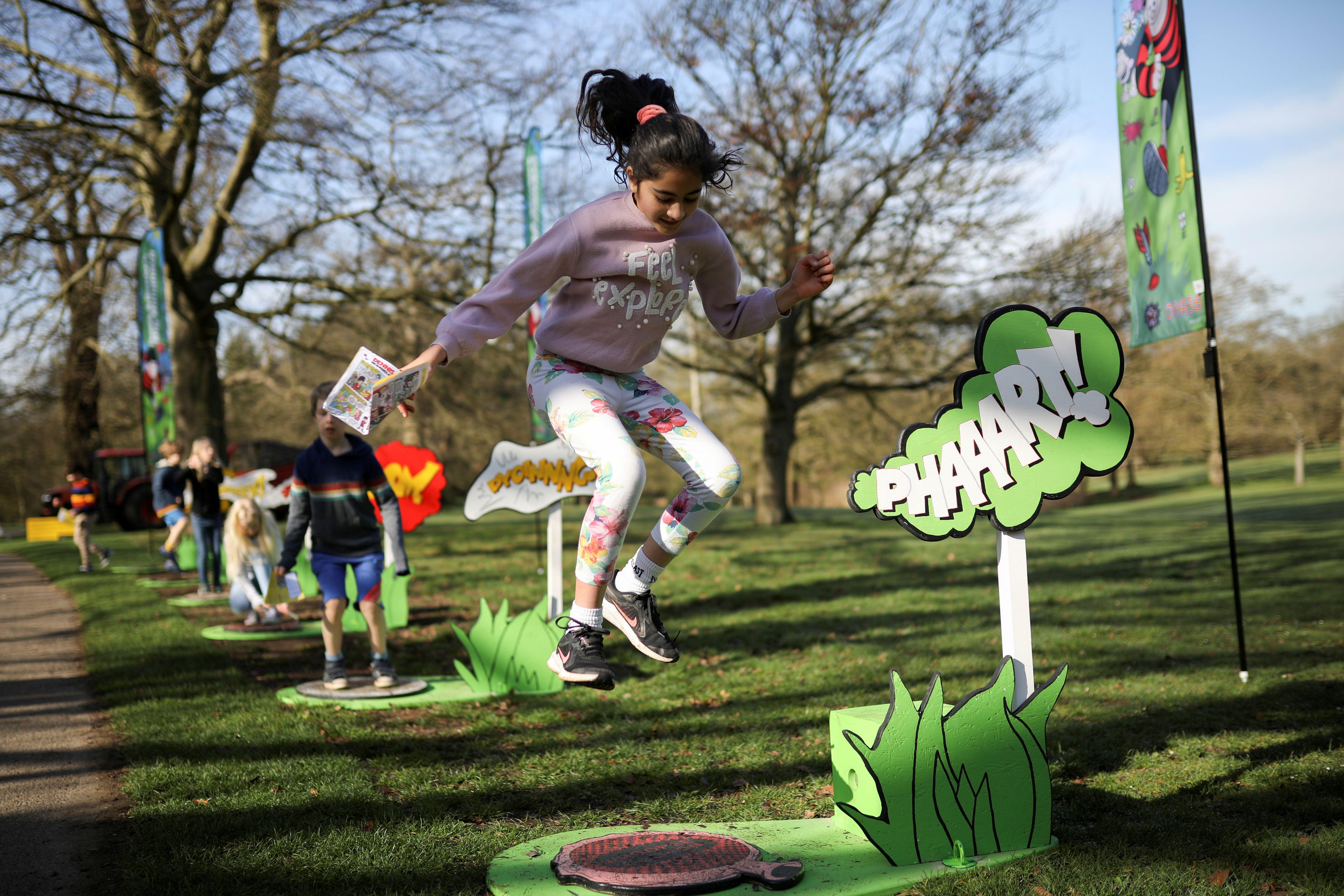 Niños juegan en los Royal Botanic Gardens, Kew in London, Britain, March 30, 2021. REUTERS/Tom Nicholson