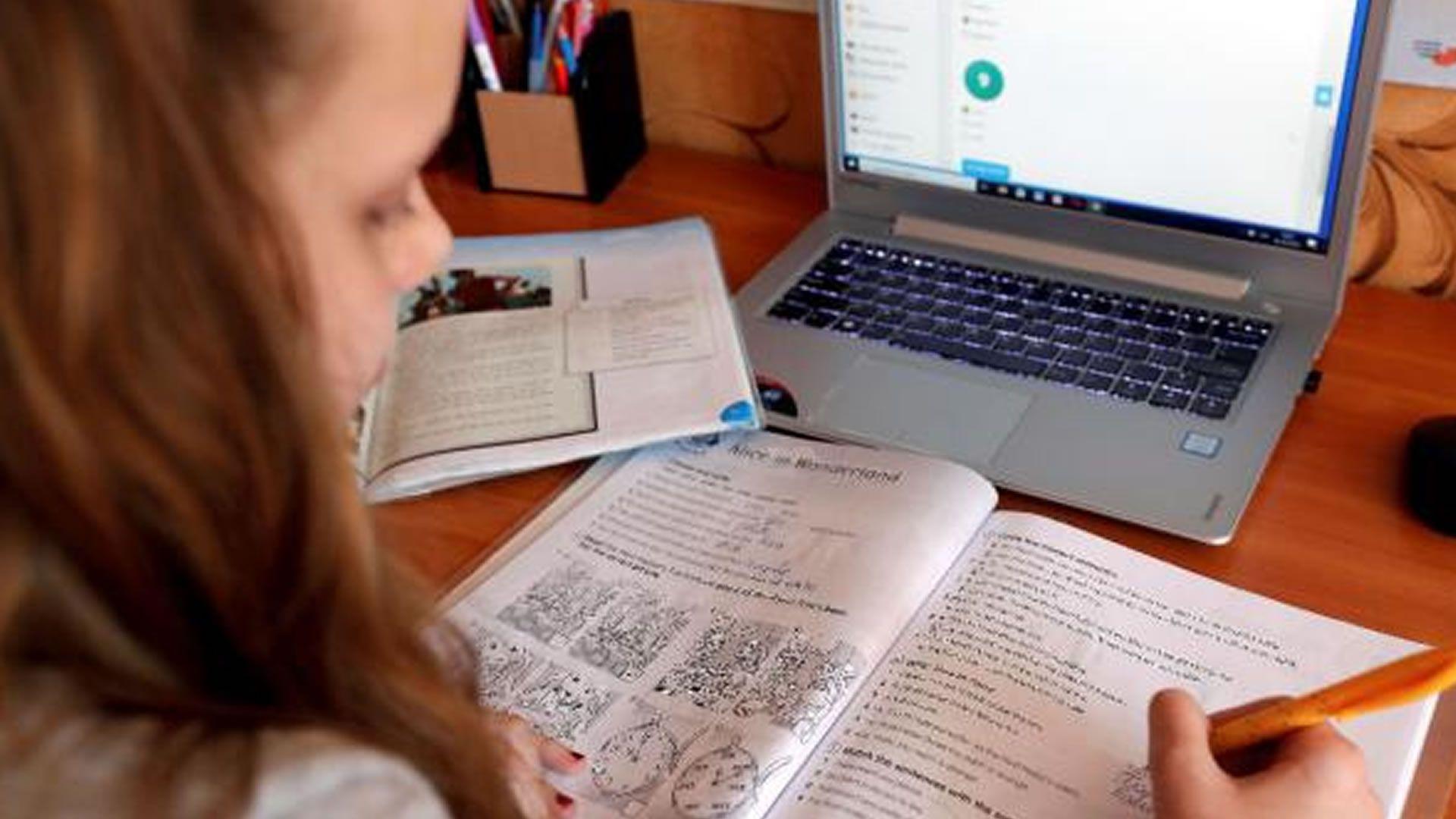 Niña en clase virtual. Foto: Agencia EFE