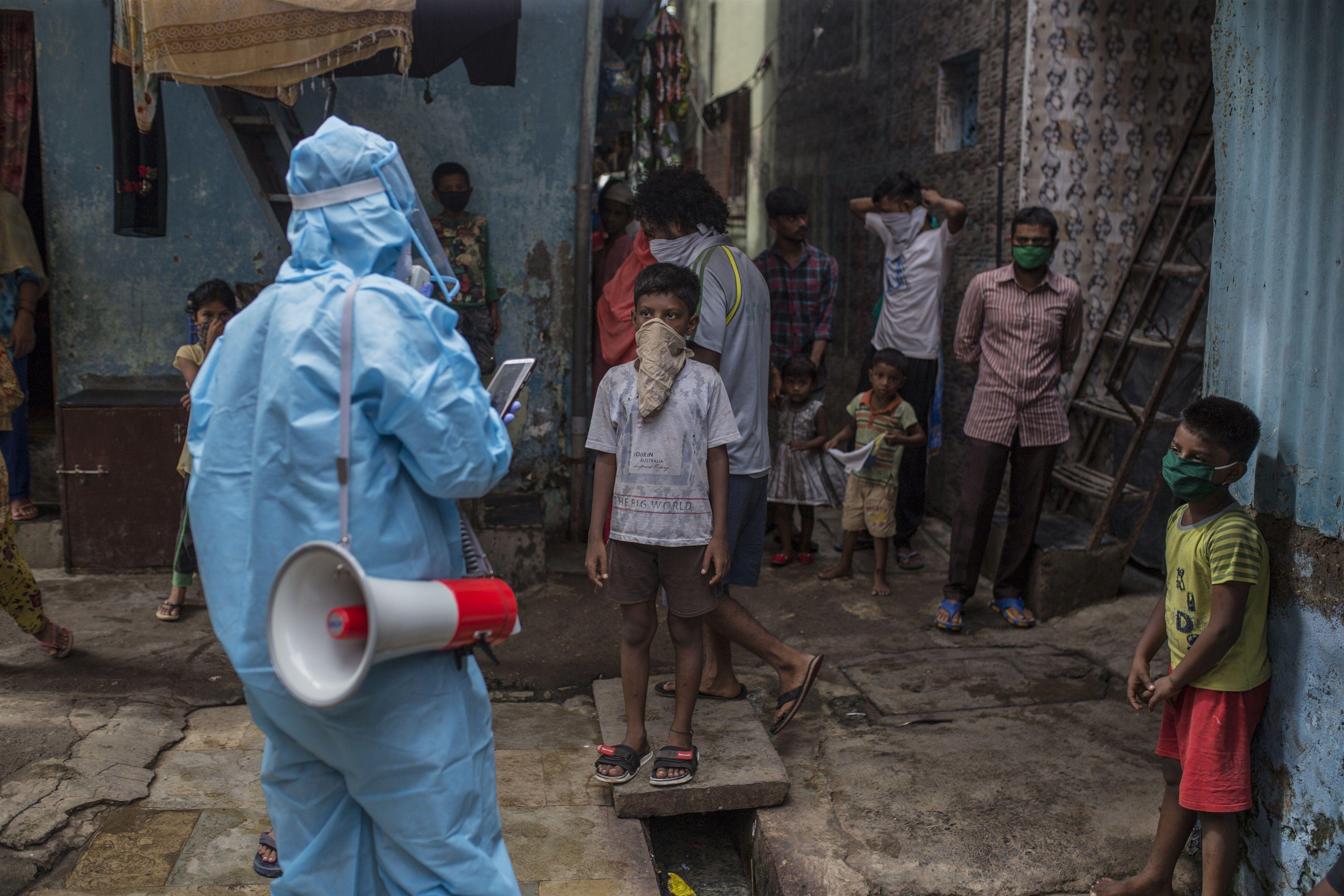 Un trabjador sanitario da pautas a la población sobre cómo protegerse del coronavirus en India. POLITICA ASIA INDIA INTERNACIONAL © UNICEF/UNI347244/SINGH