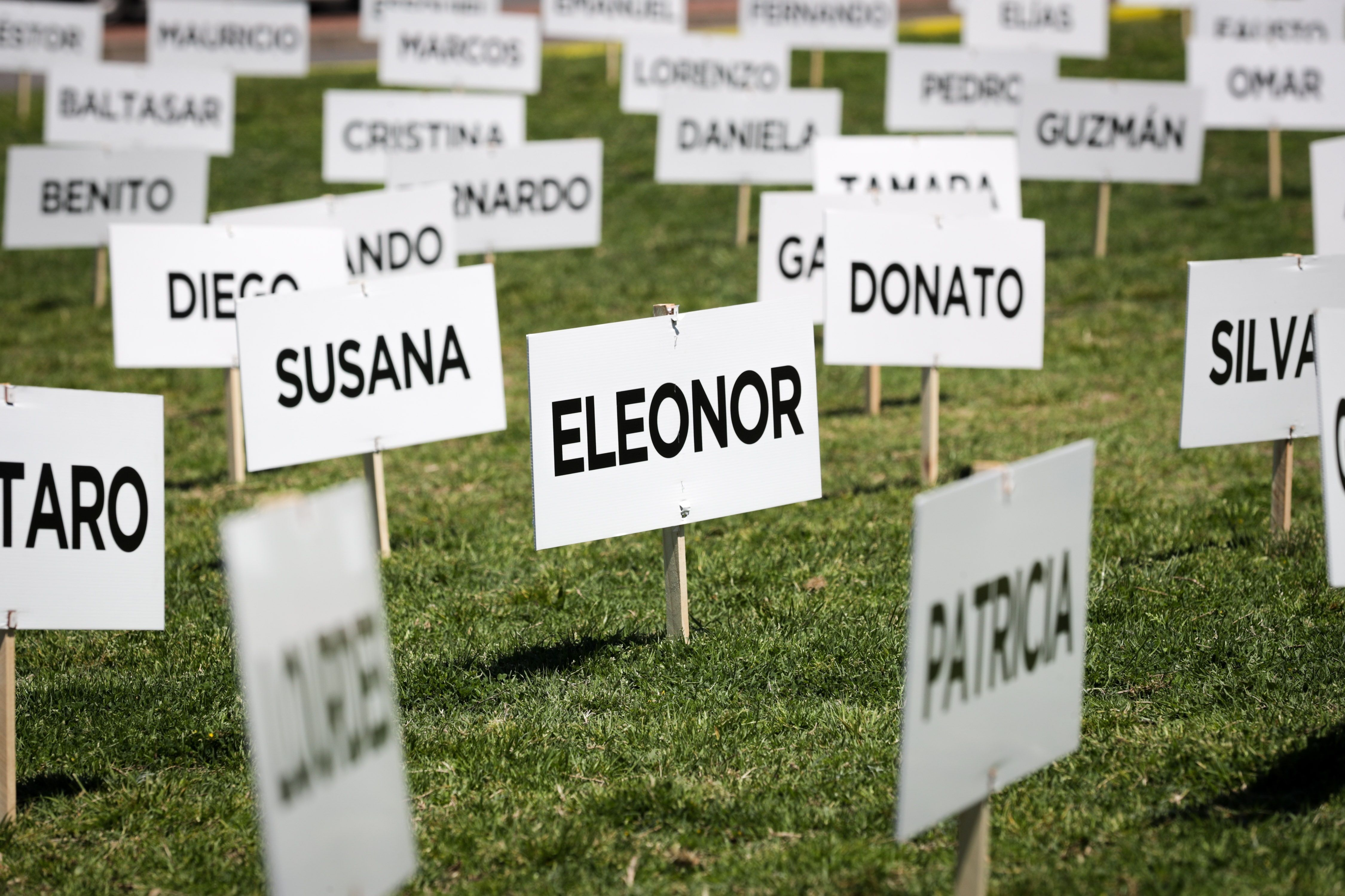 Fotografía de afiches con nombres de personas que perdieron la vida en accidentes de tránsito (EFE)