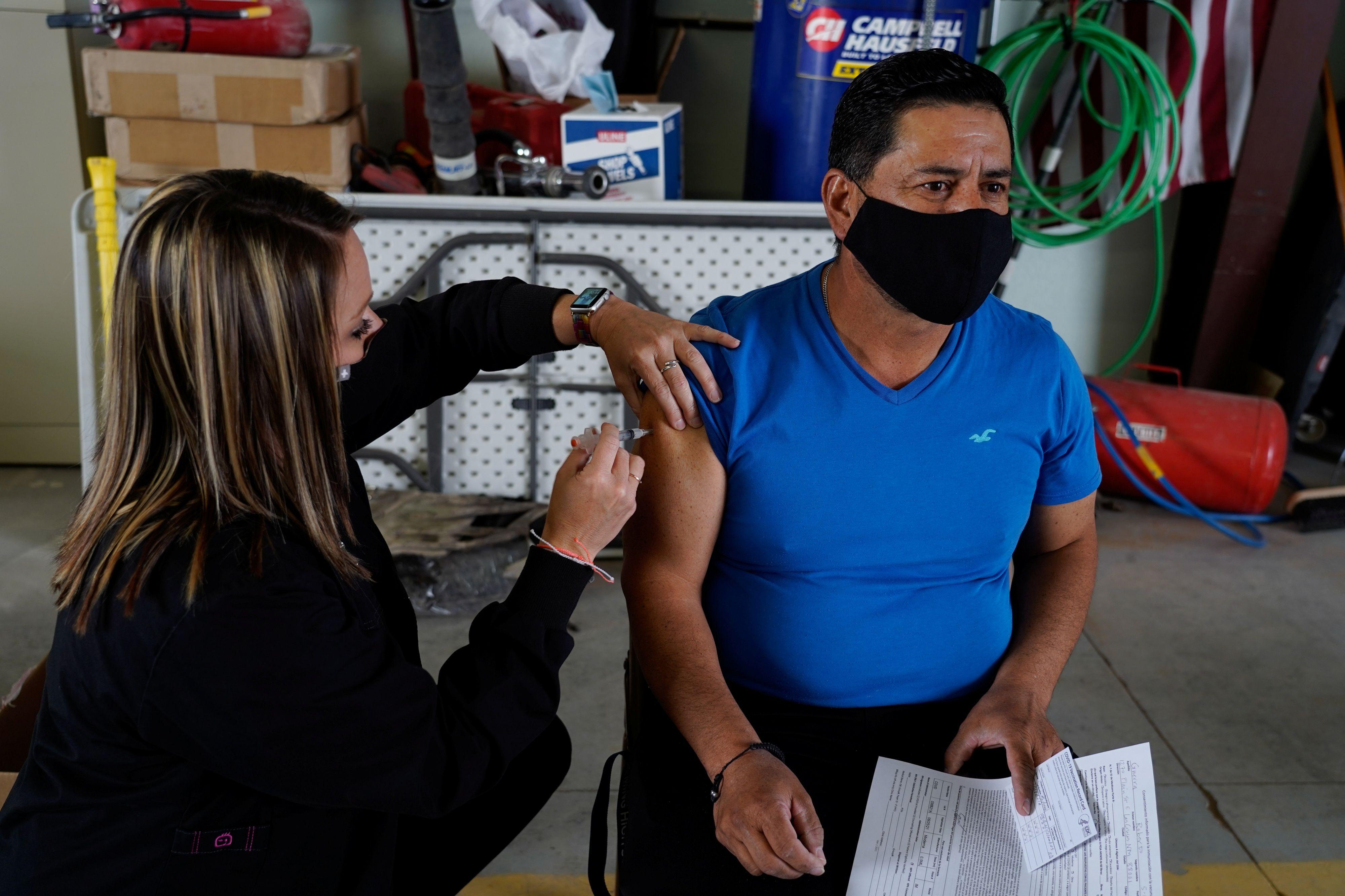Roberto Guerra es uno de los trabajadores en zona rural de Nueva México en los Estados Unidos que recibió la vacuna contra el COVID-19 en abril. Pero los expertos señalan que alcanzar la cobertura de vacunación en todos los pueblos de ese país podría ser difícil. Esta barrera podría interferir en alcanzar la inmunidad de rebaño a nivel nacional / REUTERS/Paul Ratje