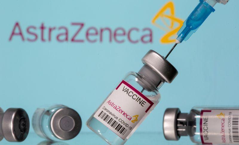 """FOTO DE ARCHIVO: Ilustración de viales con la etiqueta """"Vacuna AstraZeneca Coronavirus COVID-19"""" y una jeringa se ven delante de un logotipo de AstraZeneca, 14 de marzo de 2021. REUTERS/Dado Ruvic"""