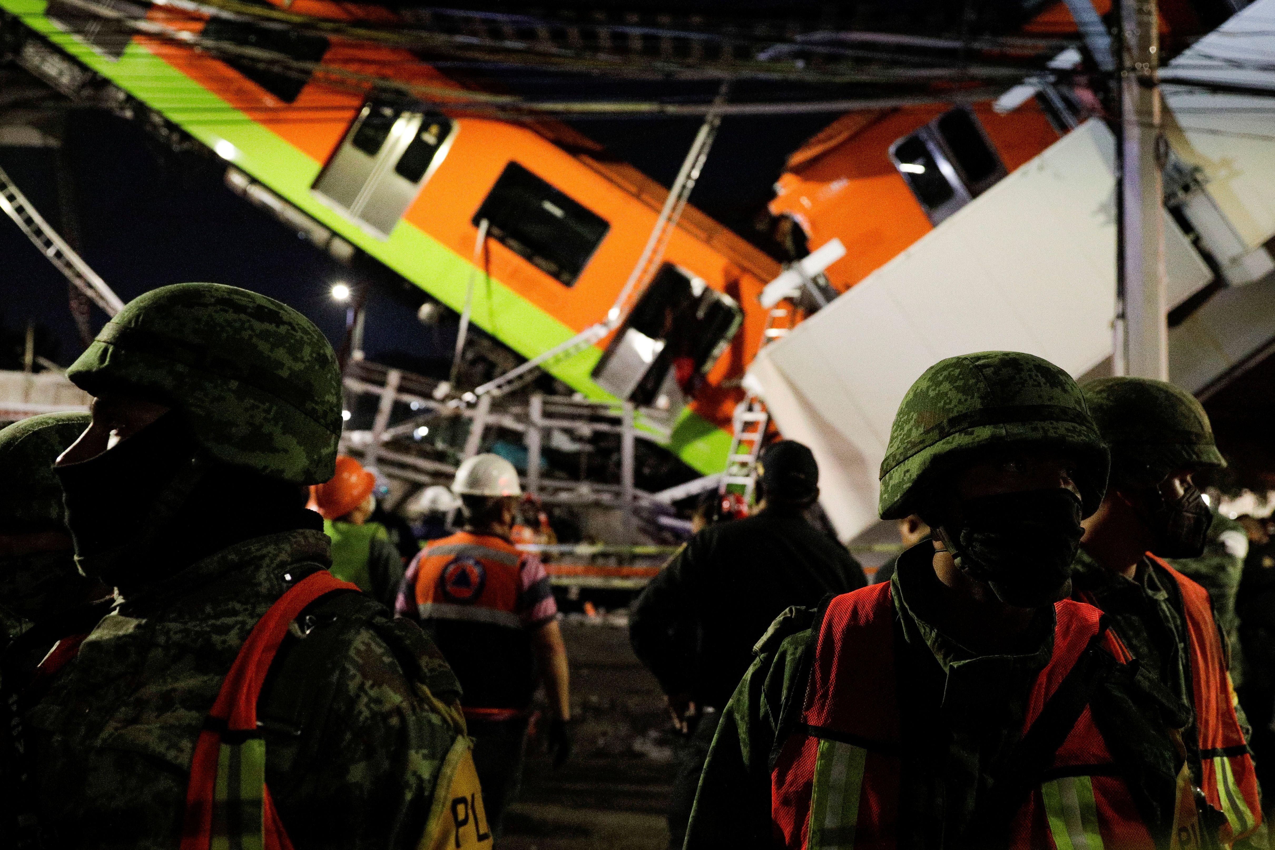 Los socorristas trabajan en el sitio donde un paso elevado de un metro colapsó parcialmente mientras pasaba el tren en la estación de Olivos, en la Ciudad de México, en la madrugada del 4 de mayo de 2021 (Reuters/ Luis Cortes)
