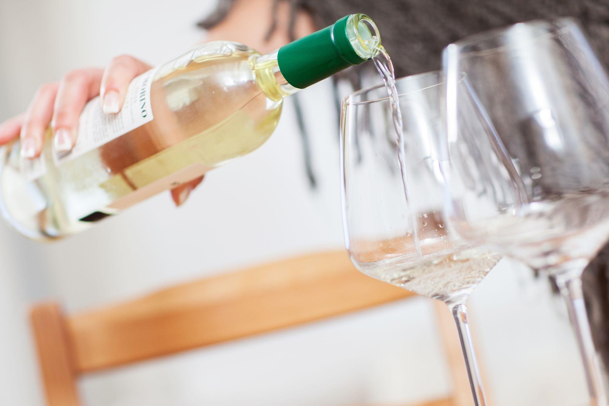ILUSTRACIÓN - Volver a servirse no antes de que la copa esté vacía: pequeños cambios de conducta pueden ayudar a reducir el consumo de alcohol. Foto: Christin Klose/dpa
