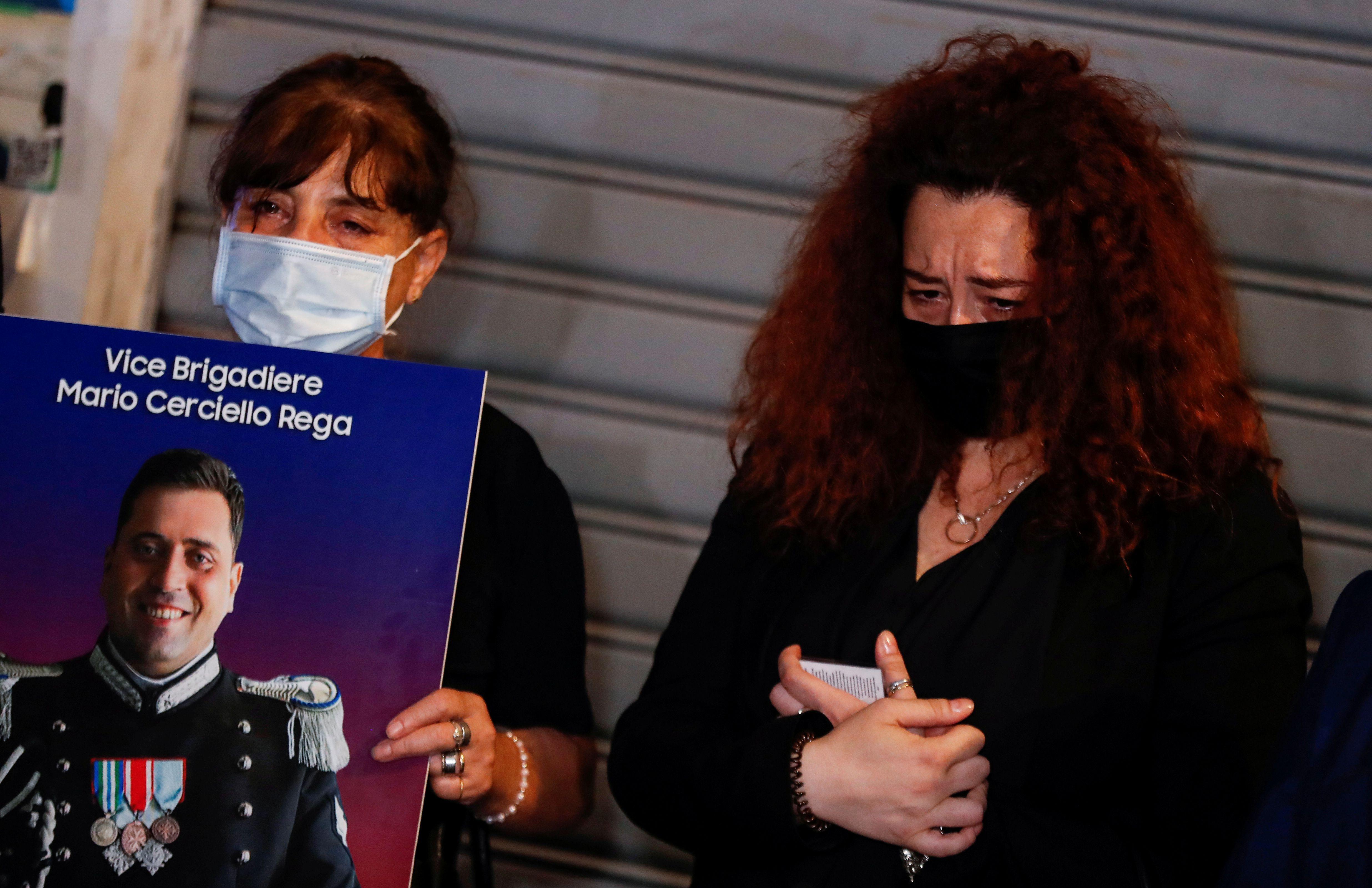 La viuda del policía asesinado Mario Cerciello Rega y su madre, en la conmemoración de su muerte