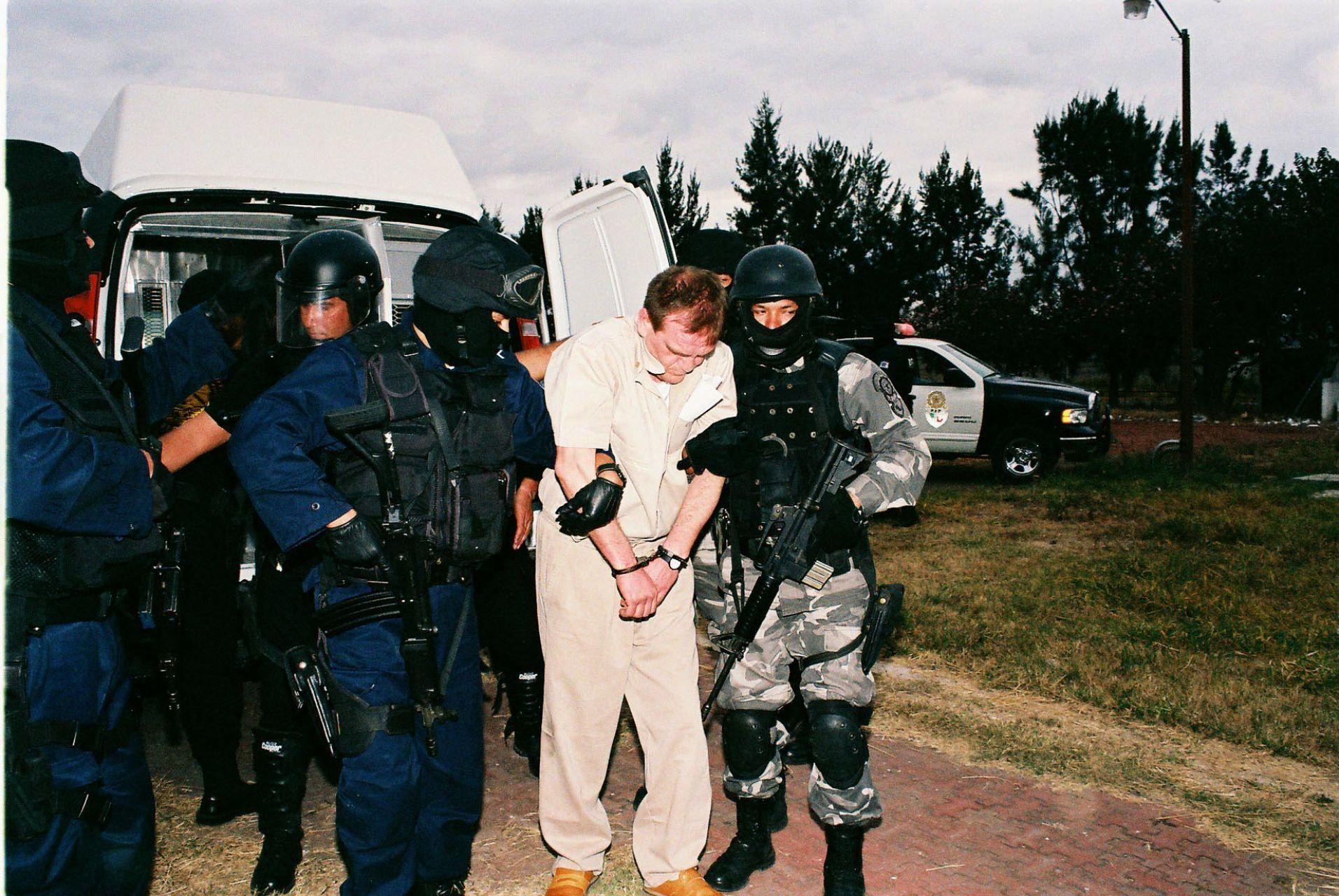 ALMOLOYA DE JUAREZ 19ENERO2007.- Nueve de los principales narcotraficantes fueron extraditados a los Estados Unidos. El capo del ¨cártel de Sinaloa¨  Héctor ¨Guero`Palma , fue escoltado por personal de la PGR y PFP.FOTO: PGR/CUARTOSCURO.COM