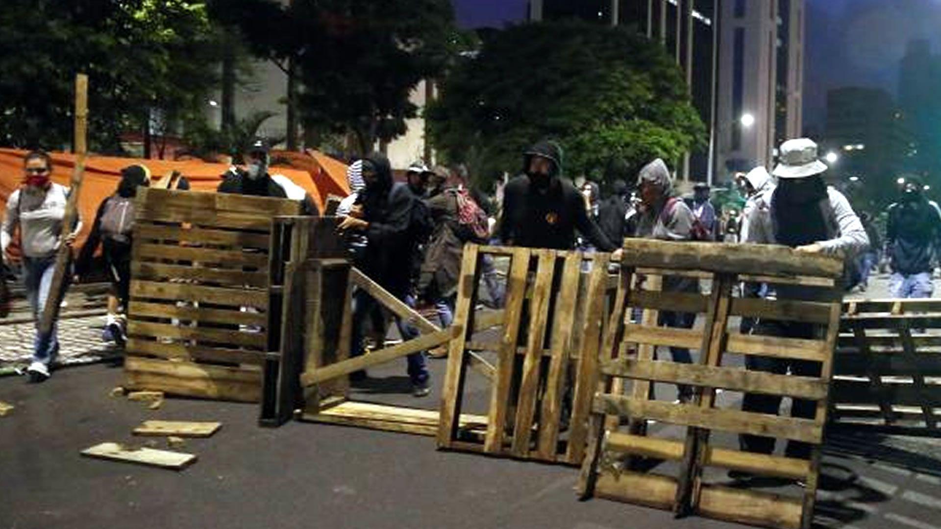 Intercambio de bombas lacrimógenas y piedras en las protestas de Colombia. EFE