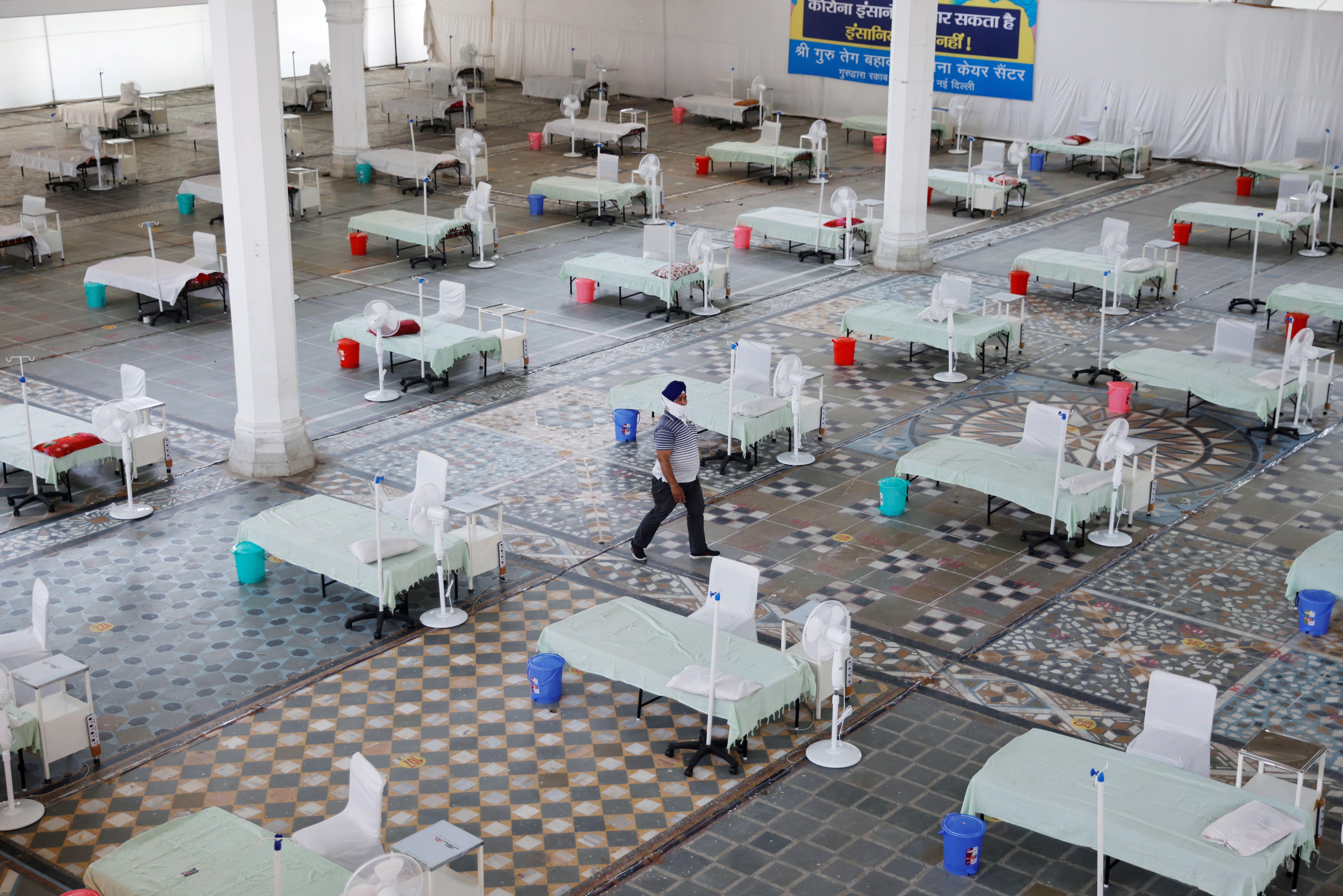 Camas para atención a pacientes en lugar adecuado como hospital campaña en Nueva Delhi, India. REUTERS/Adnan Abidi