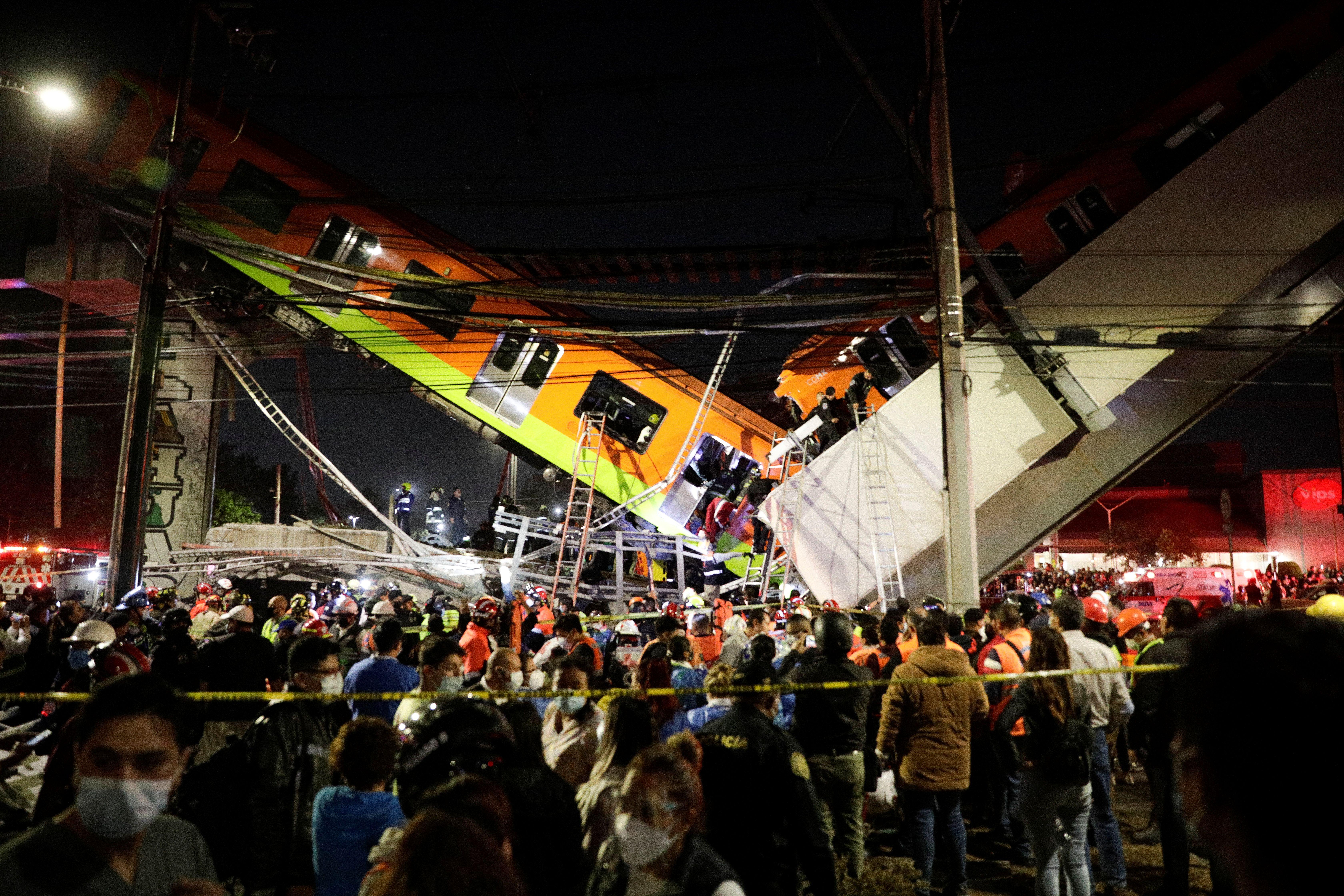Los socorristas trabajan en el sitio del accidente de tren en la estación de Olivos en la Ciudad de México, México, 3 de mayo de 2021. Luis Cortes / REUTERS
