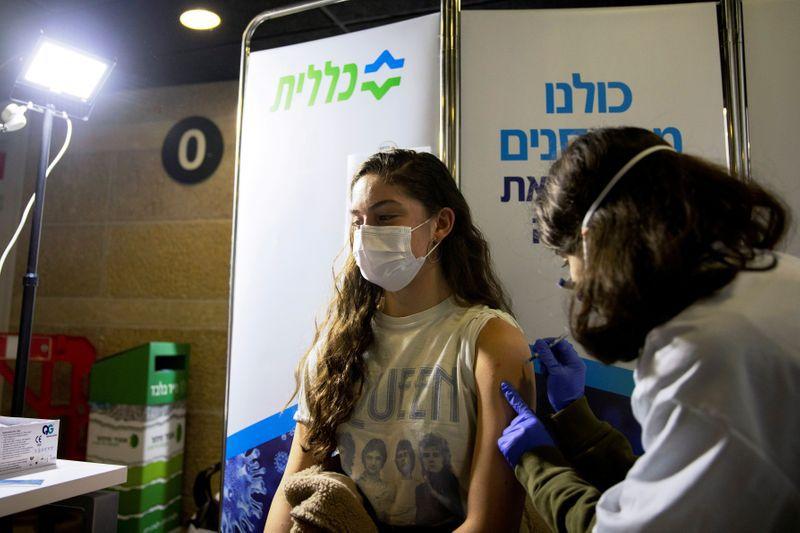El 65% de los israelíes ya fueron vacunados ( REUTERS/Ronen Zvulun )