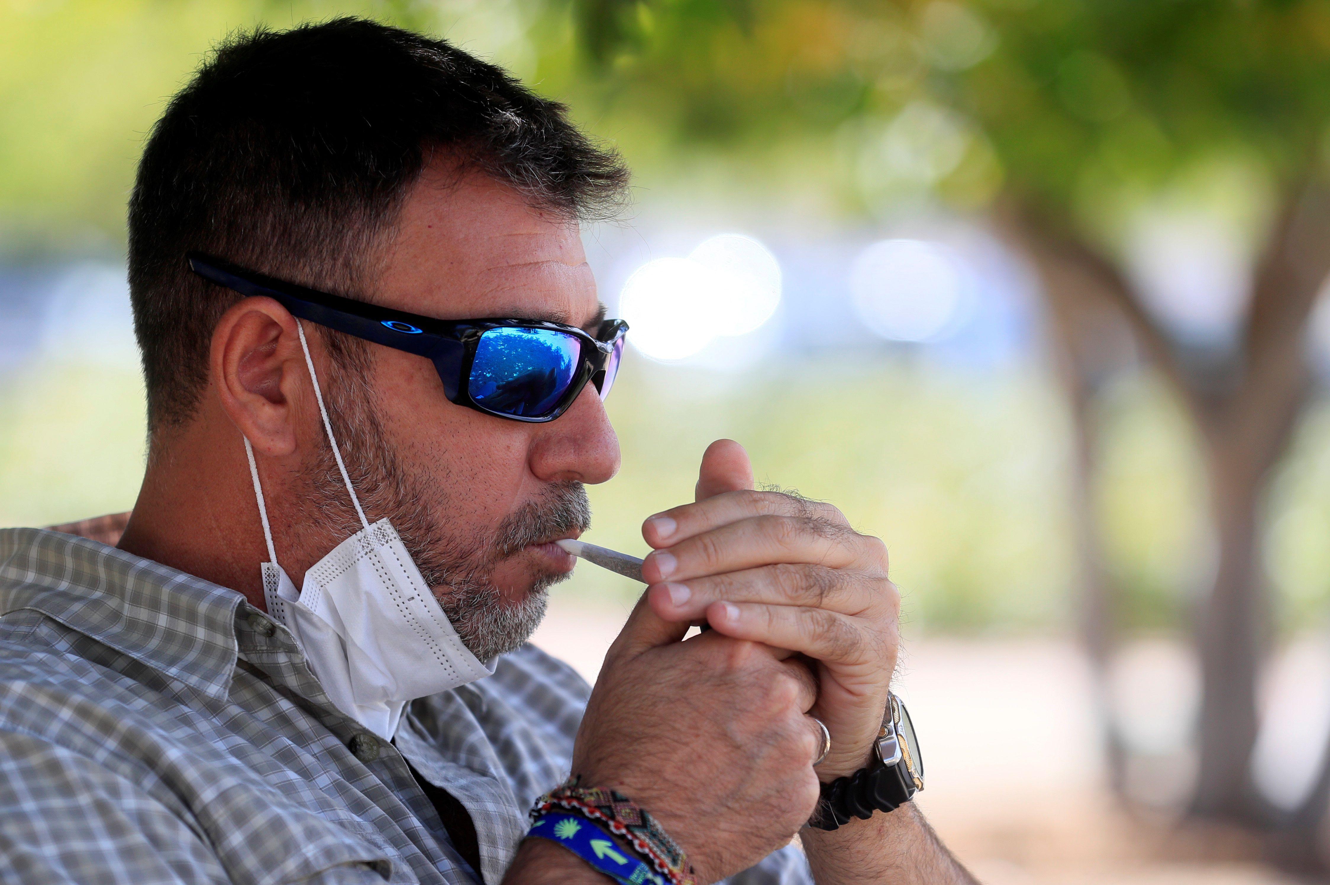 4 de cada 10 fumadores (41,6%) reconocieron estar fumando más que de costumbre durante la cuarentena (EFE)