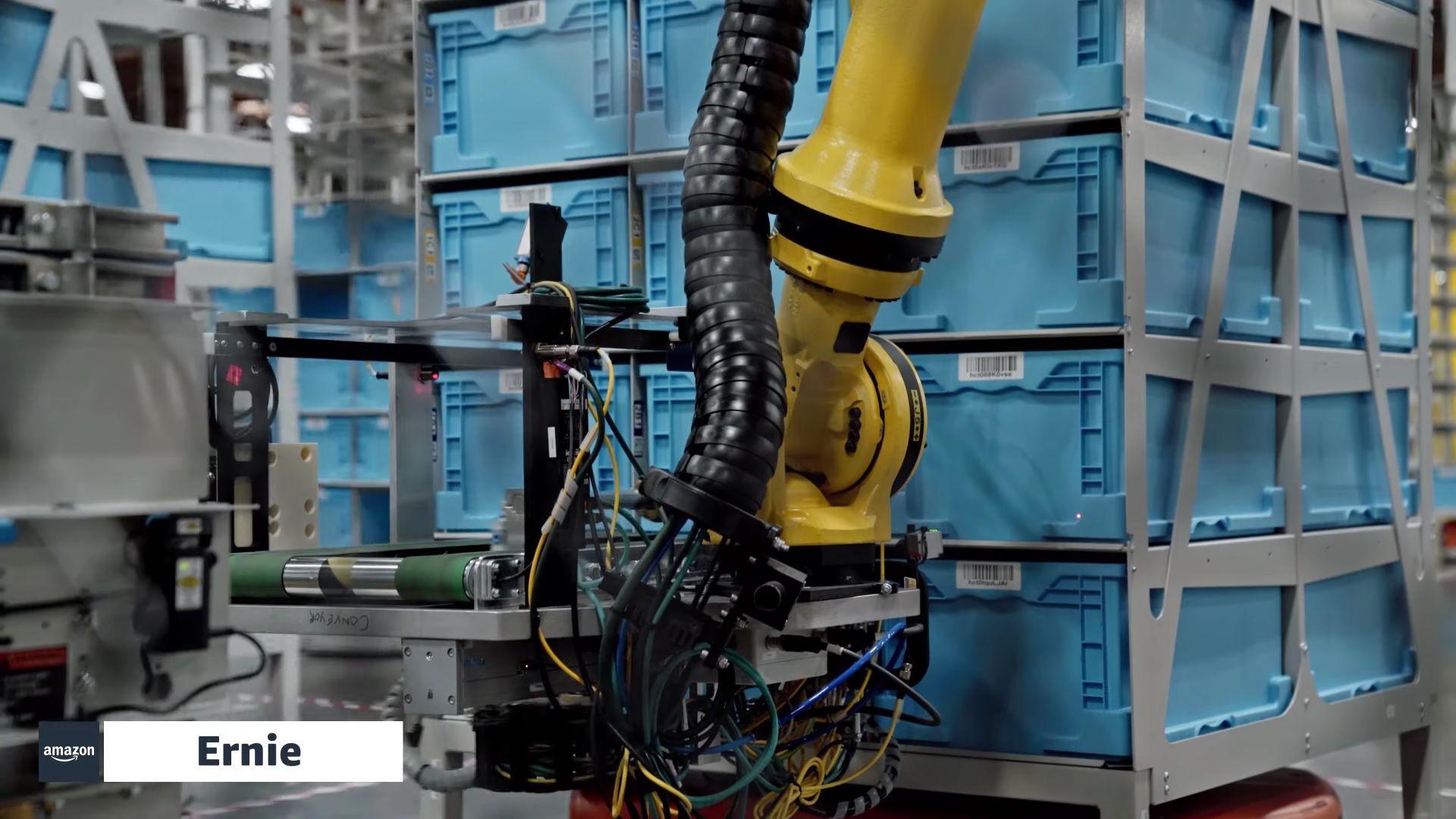 El robot Ernie entrega cajones a los empleados en un centro logístico de Amazon
