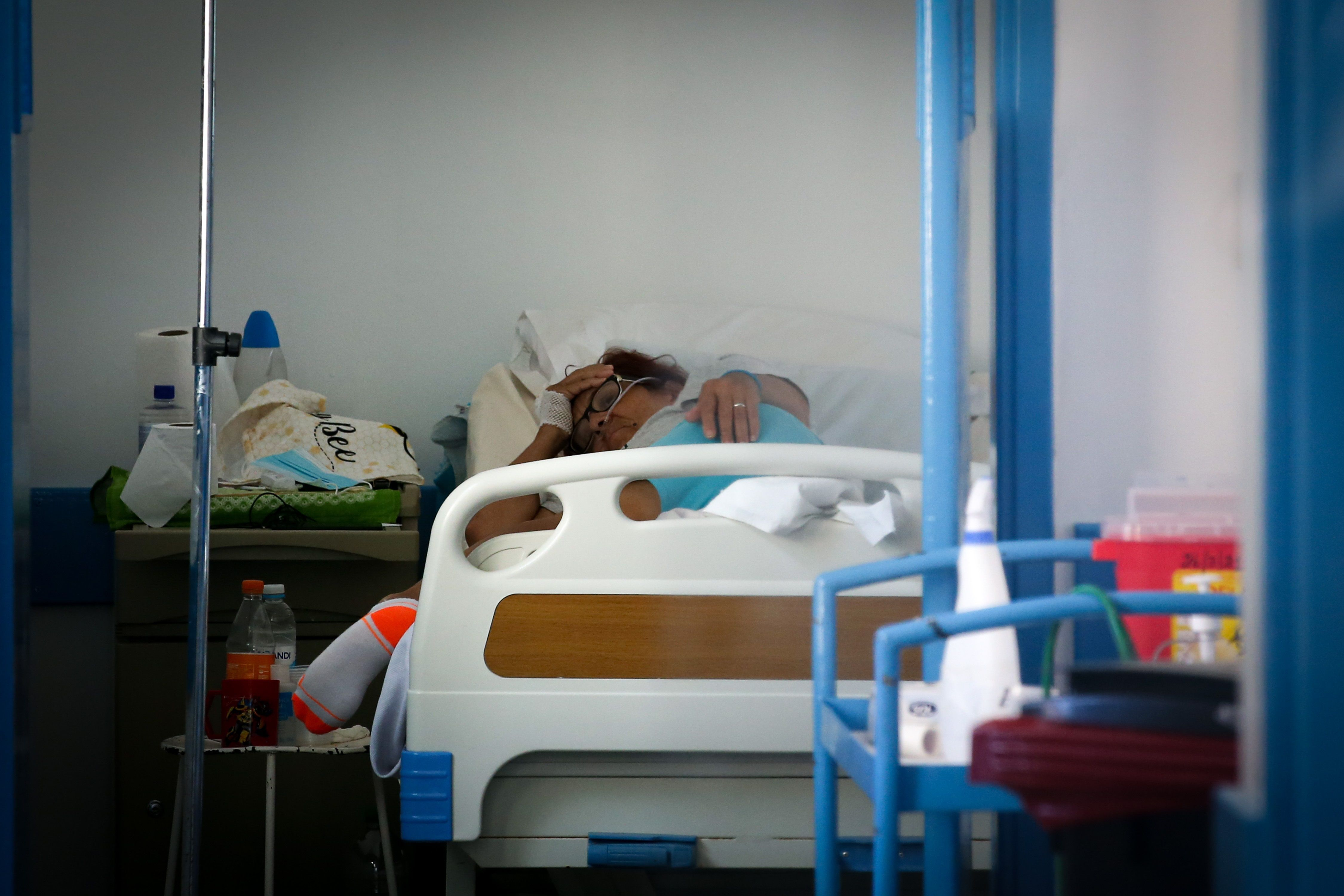 Los duelos por haber perdido seres queridos y el temor a contagiarse son otros de los factores que llevan al insomnio durante la pandemia/ EFE/ Raúl Martínez/Archivo