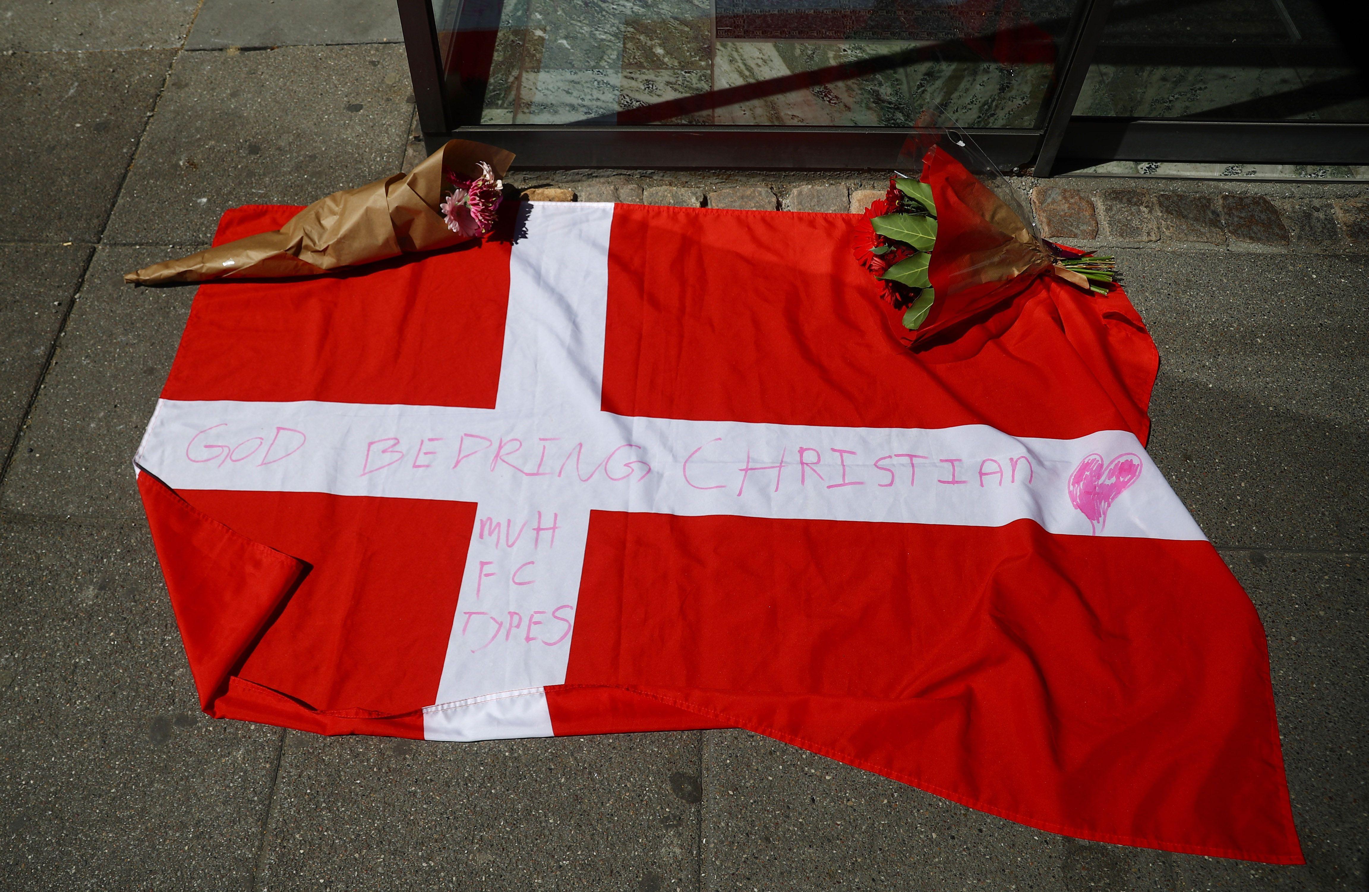Los fanáticos se acercaron al hospital en el que se encuentra Eriksen y le demostraron su afecto (Reuters)